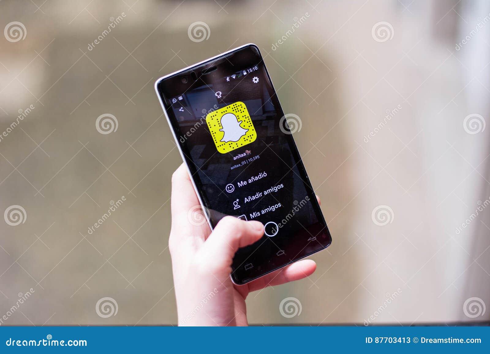 Fille employant Snapchat