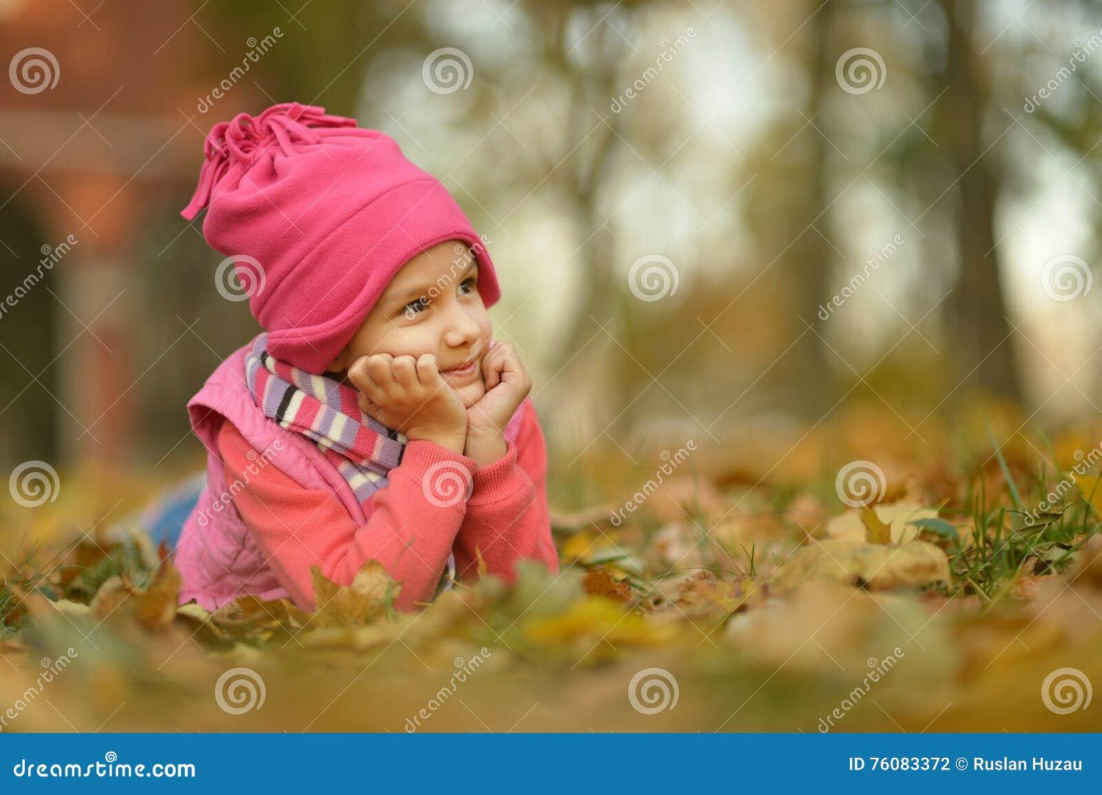 Fille en parc d automne