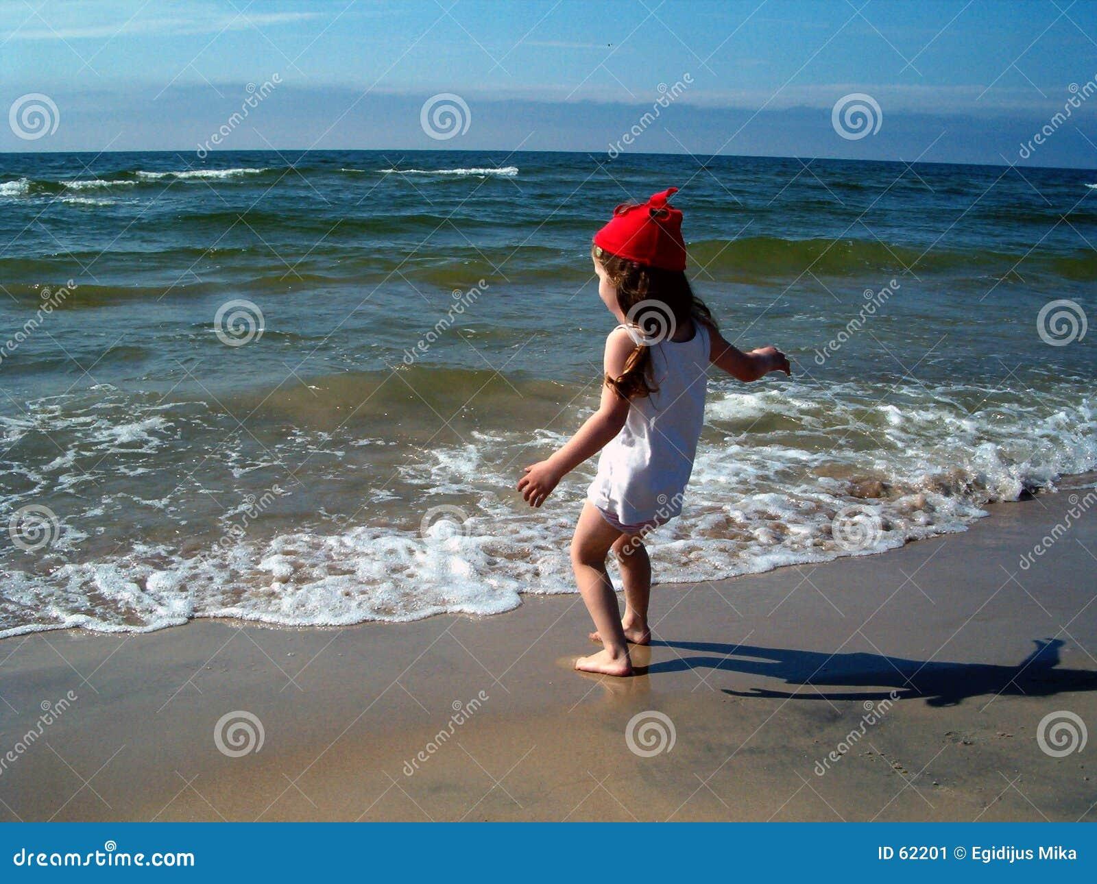 Download Fille en plage image stock. Image du filles, danser, horizon - 62201