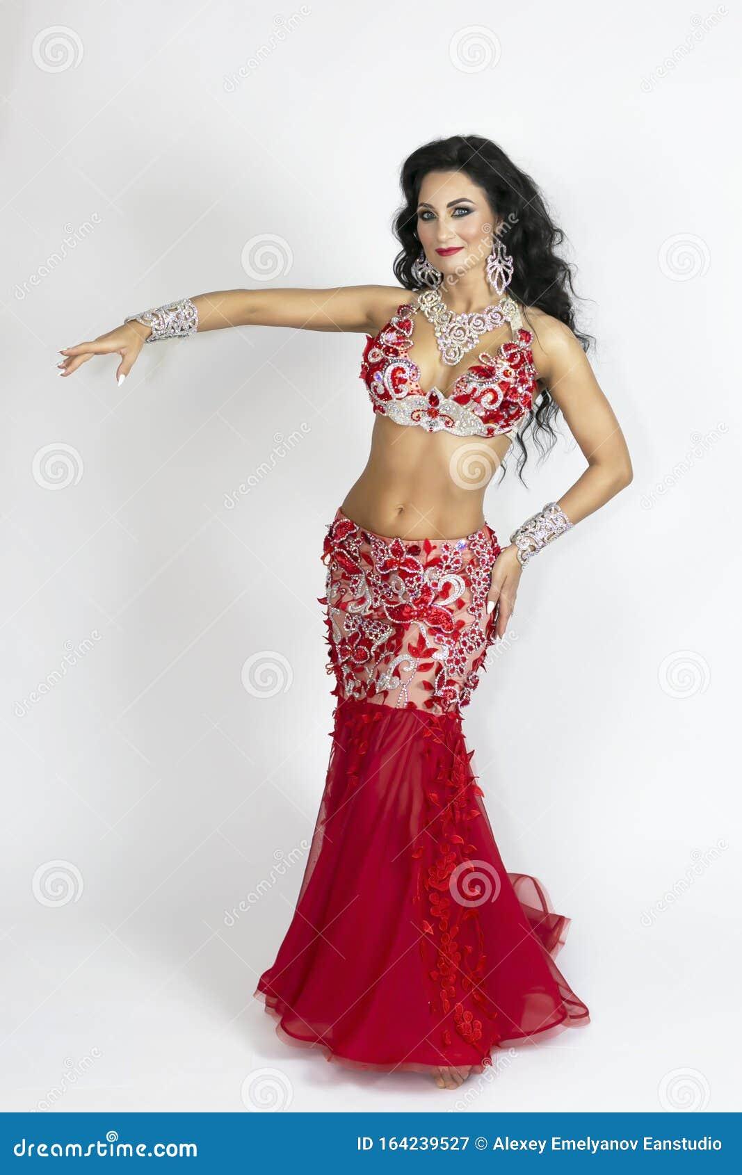 Fille En Robe Rouge Pour La Danse Orientale Image Stock Image Du Orientale Fille 164239527