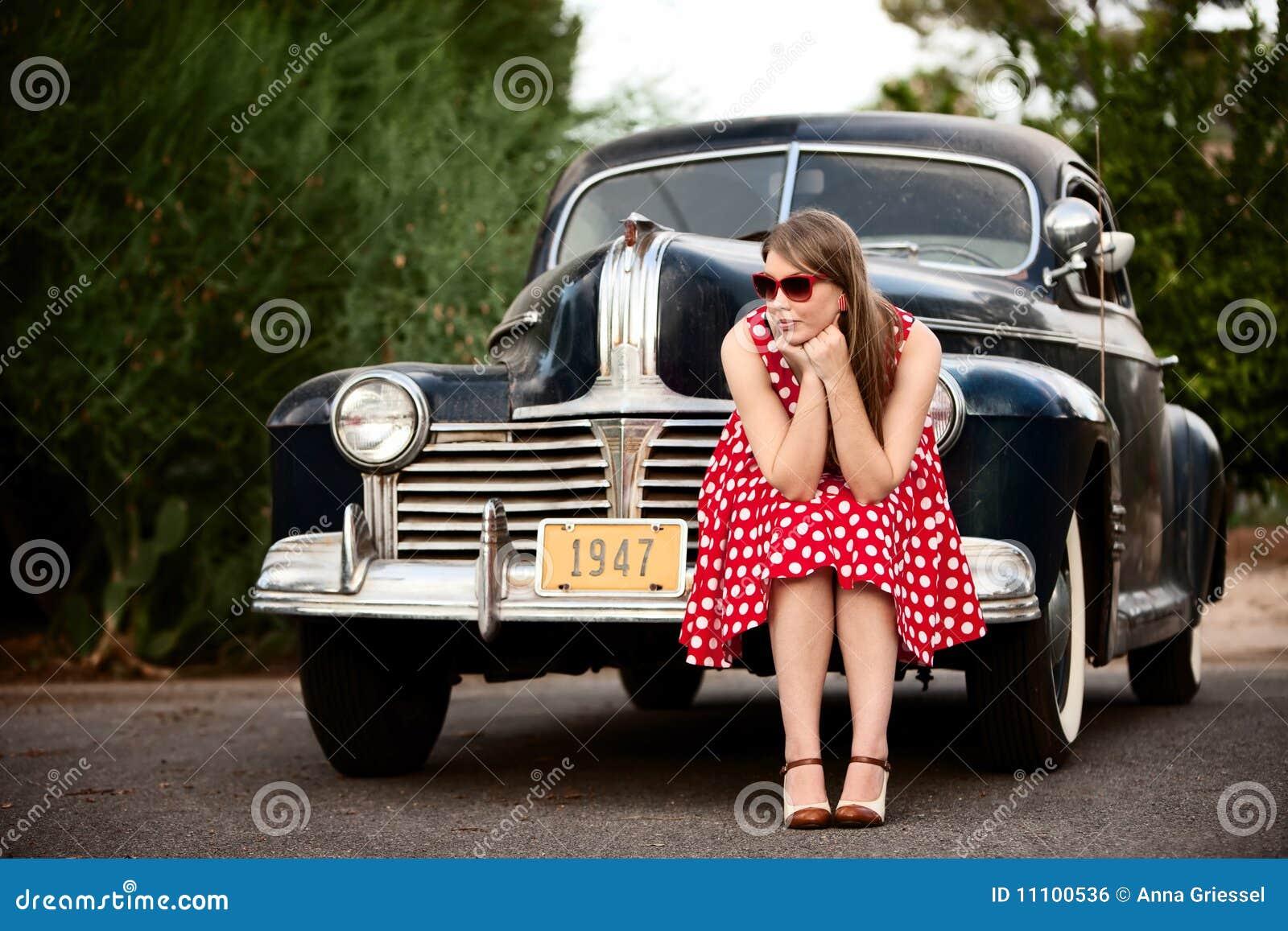 Fille en rouge avec le véhicule de cru