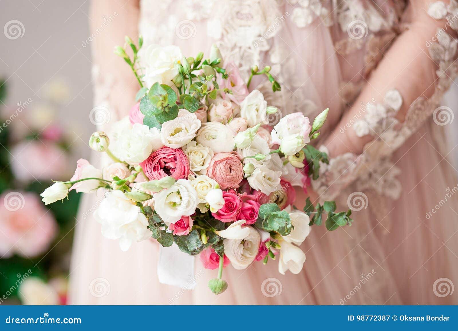 Fille enceinte dans une robe beige avec un bouquet dans des mains normal Attente d un miracle