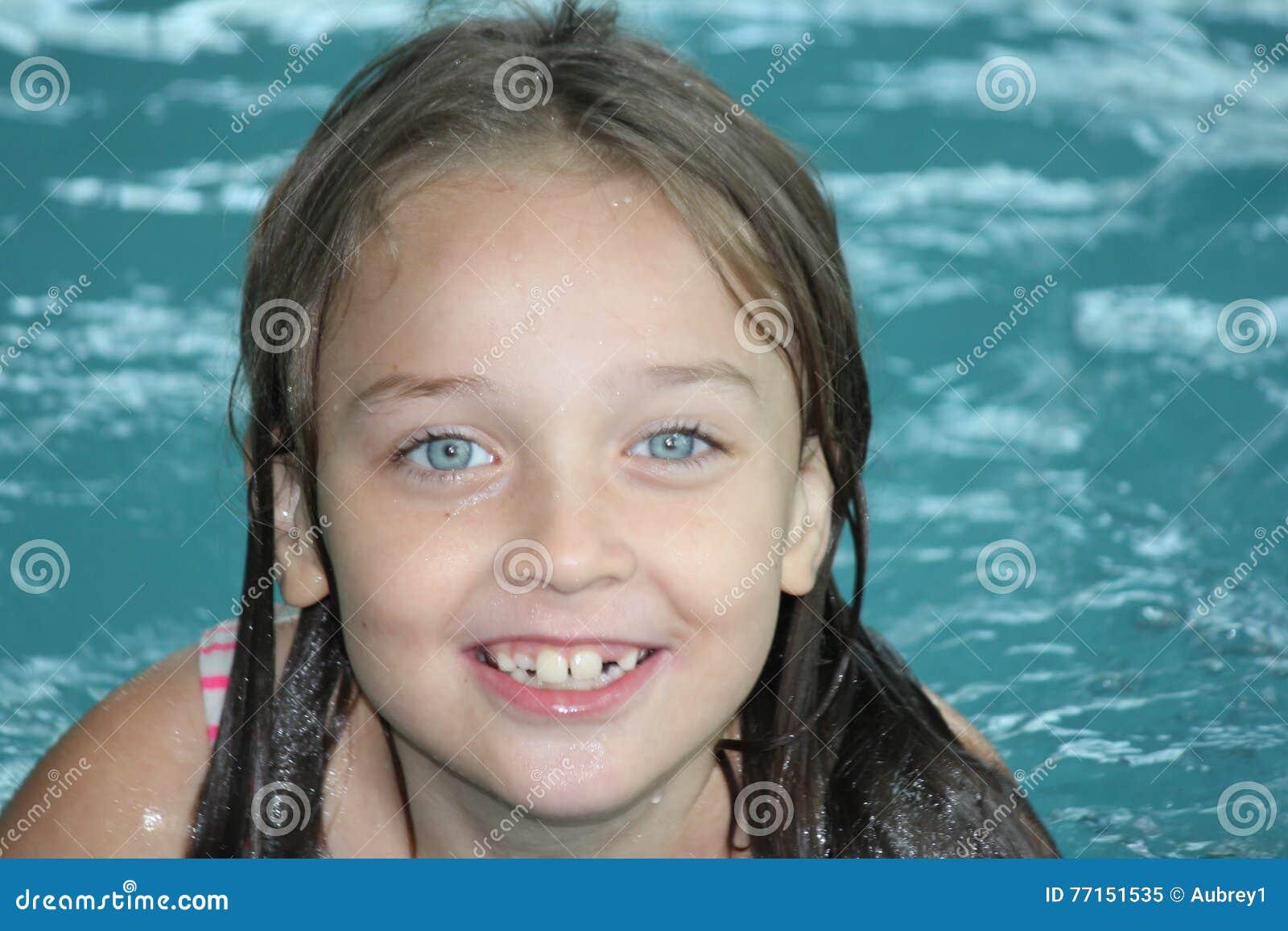 Fille Enfant-dans la piscine