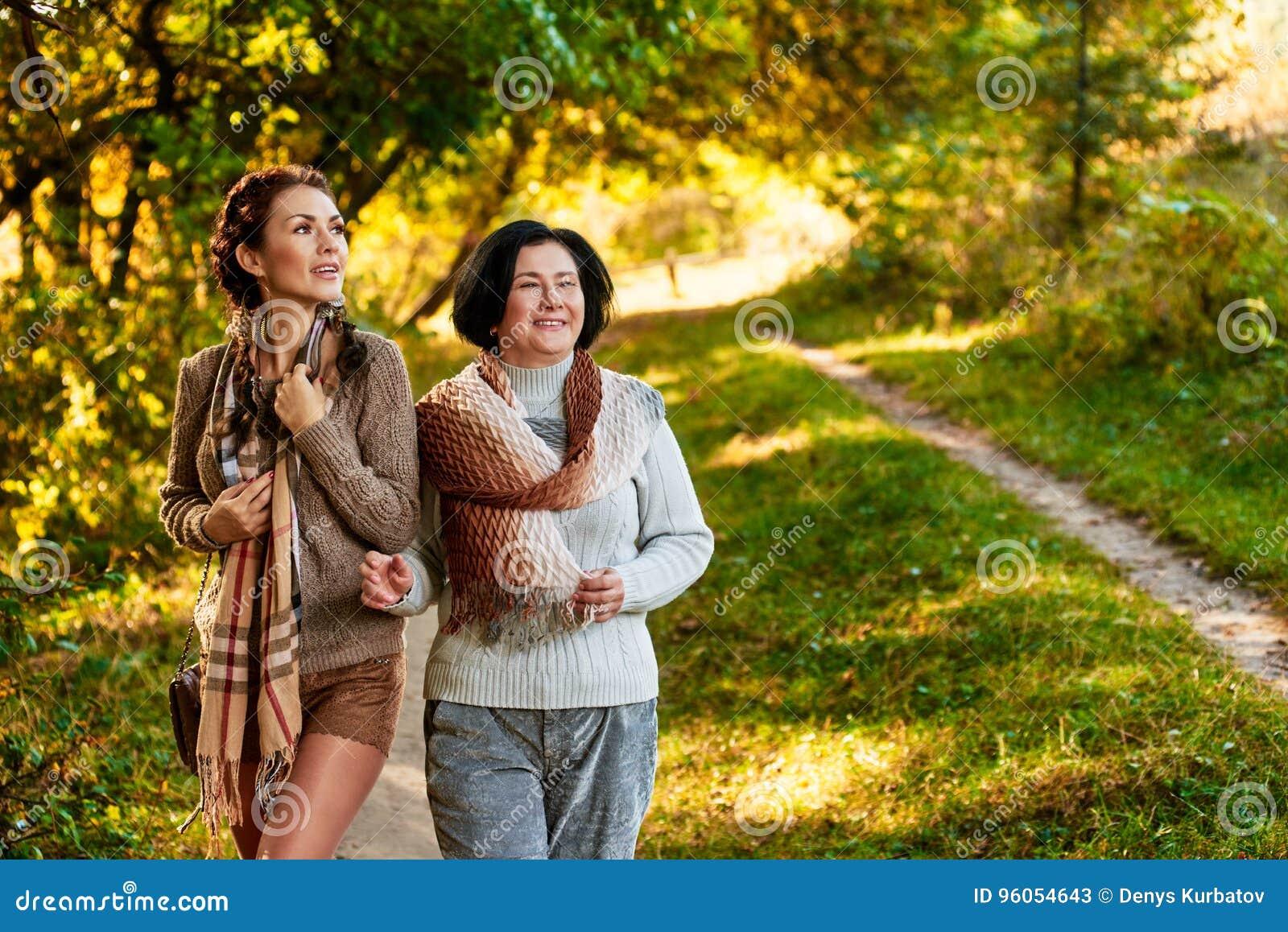 Fille et maman en parc
