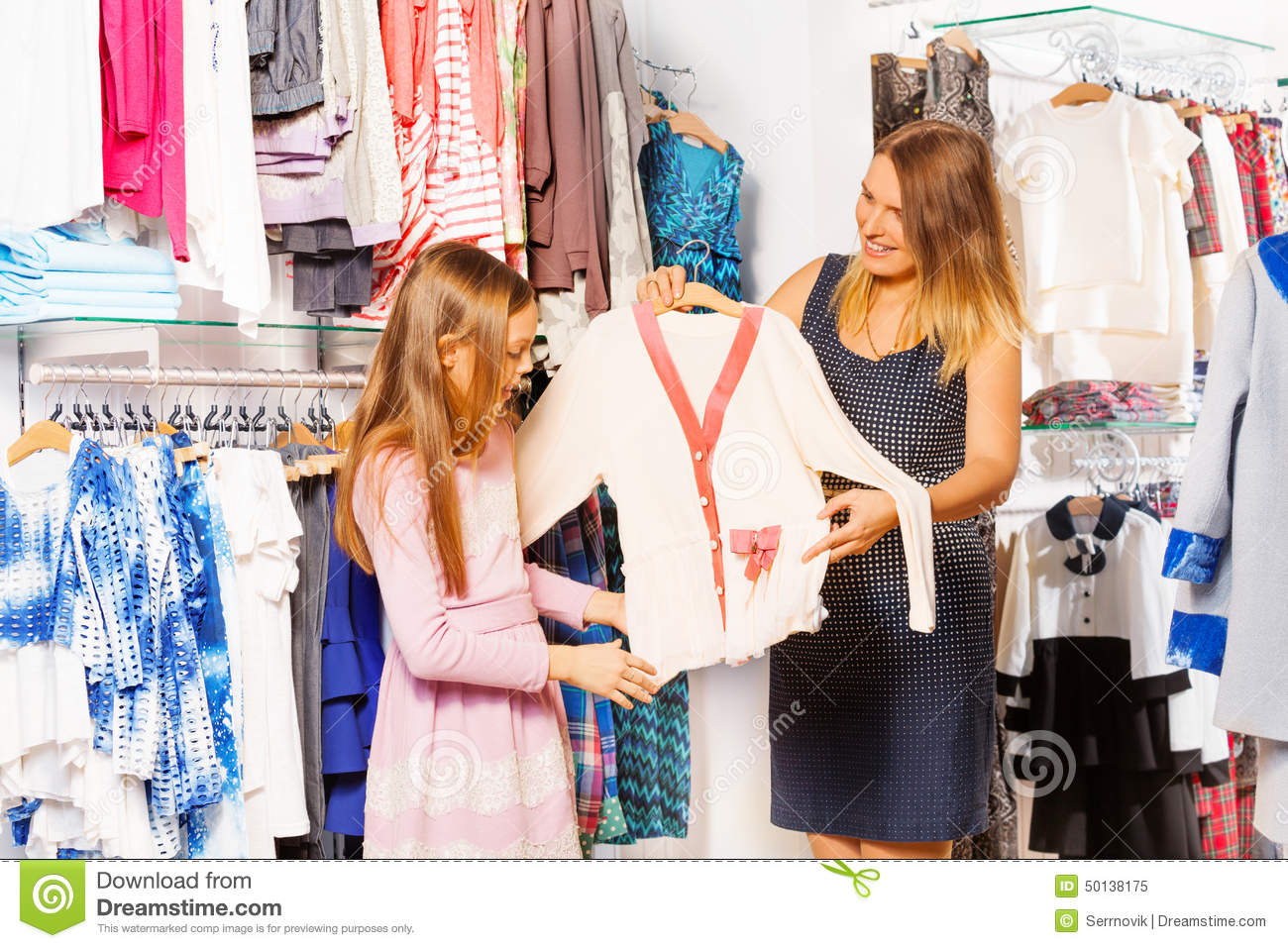 Fille et sa m re faisant des emplettes ensemble dans le magasin photo stock image 50138175 - Ensemble mere fille ...