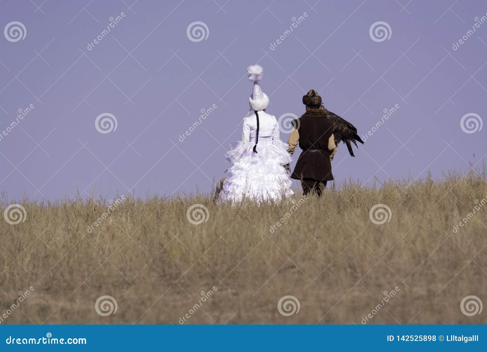 Fille et type avec un aigle d or