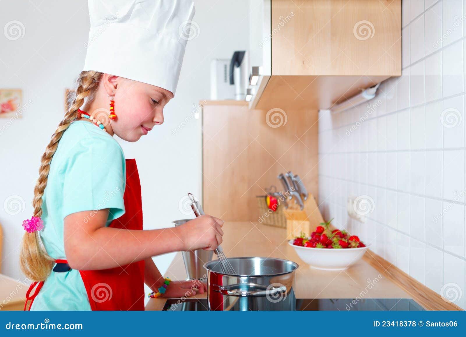 Fille faisant cuire dans la cuisine moderne