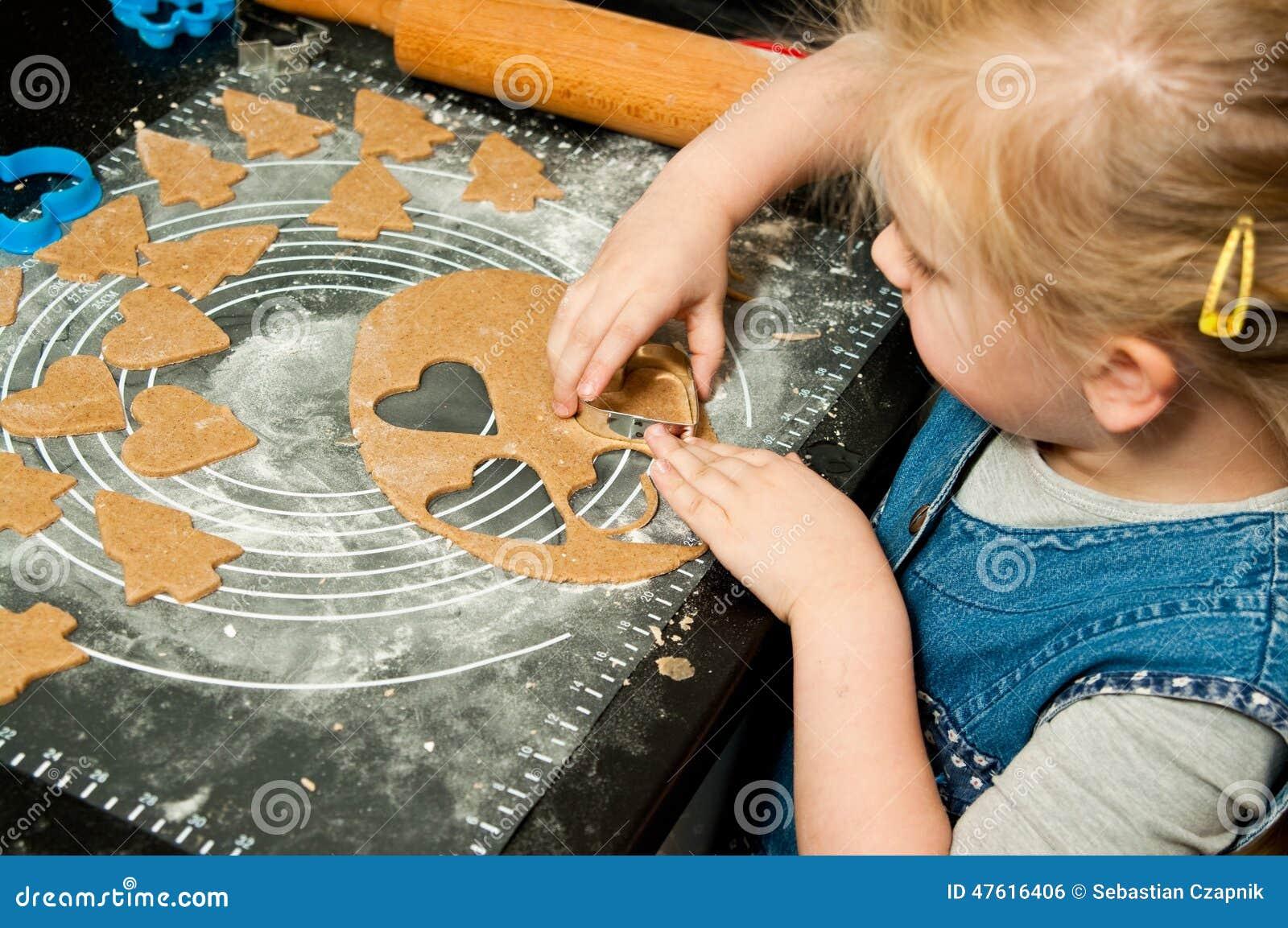 Fille faisant des biscuits de pain d épice pour Noël