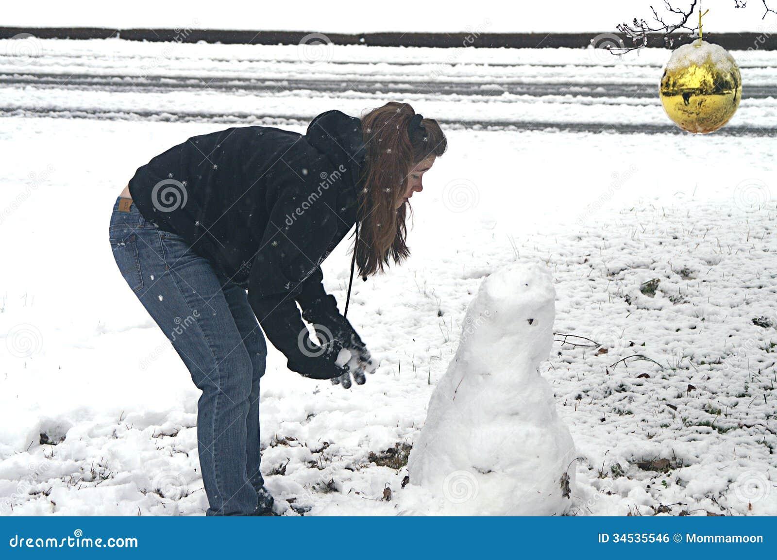 Fille faisant le bonhomme de neige relection en ornement d 39 or image libre de droits image - Bonhomme fille ...