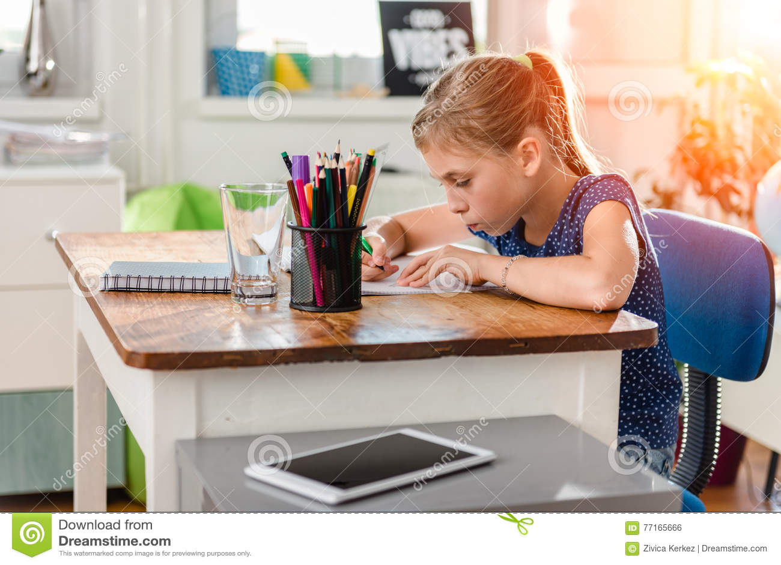 Fille faisant le travail