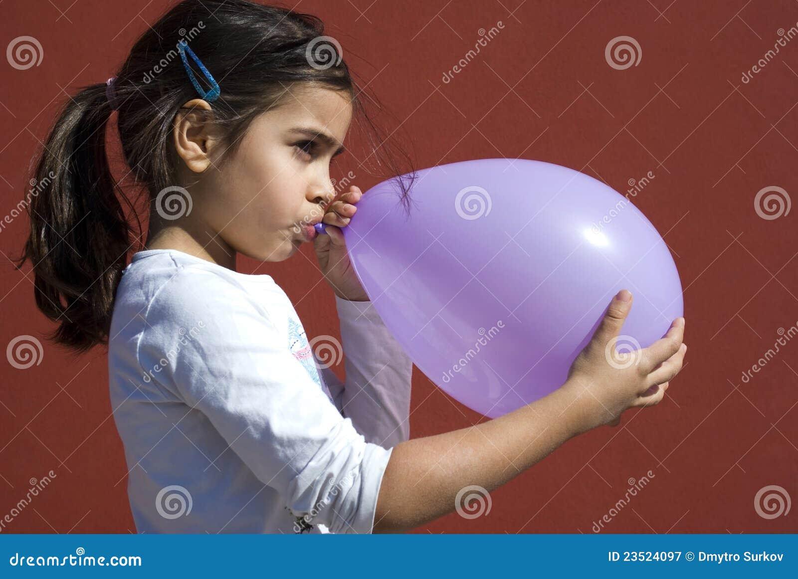 Fille faisant sauter le ballon