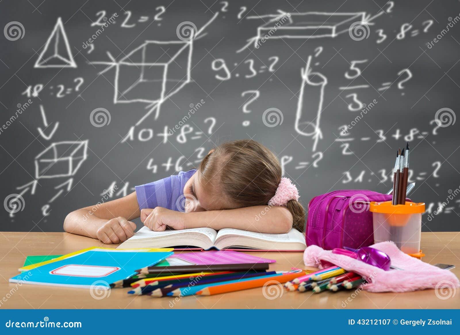 Fille fatiguée d école dormant sur le banc, derrière des fonctions lourdes sur le conseil