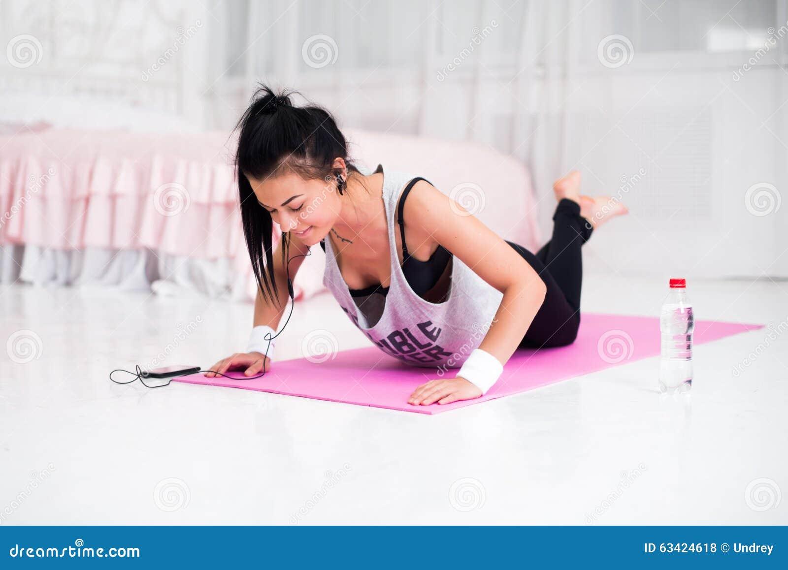 Fille folâtre de modèle de sport de femme d athlète de forme physique
