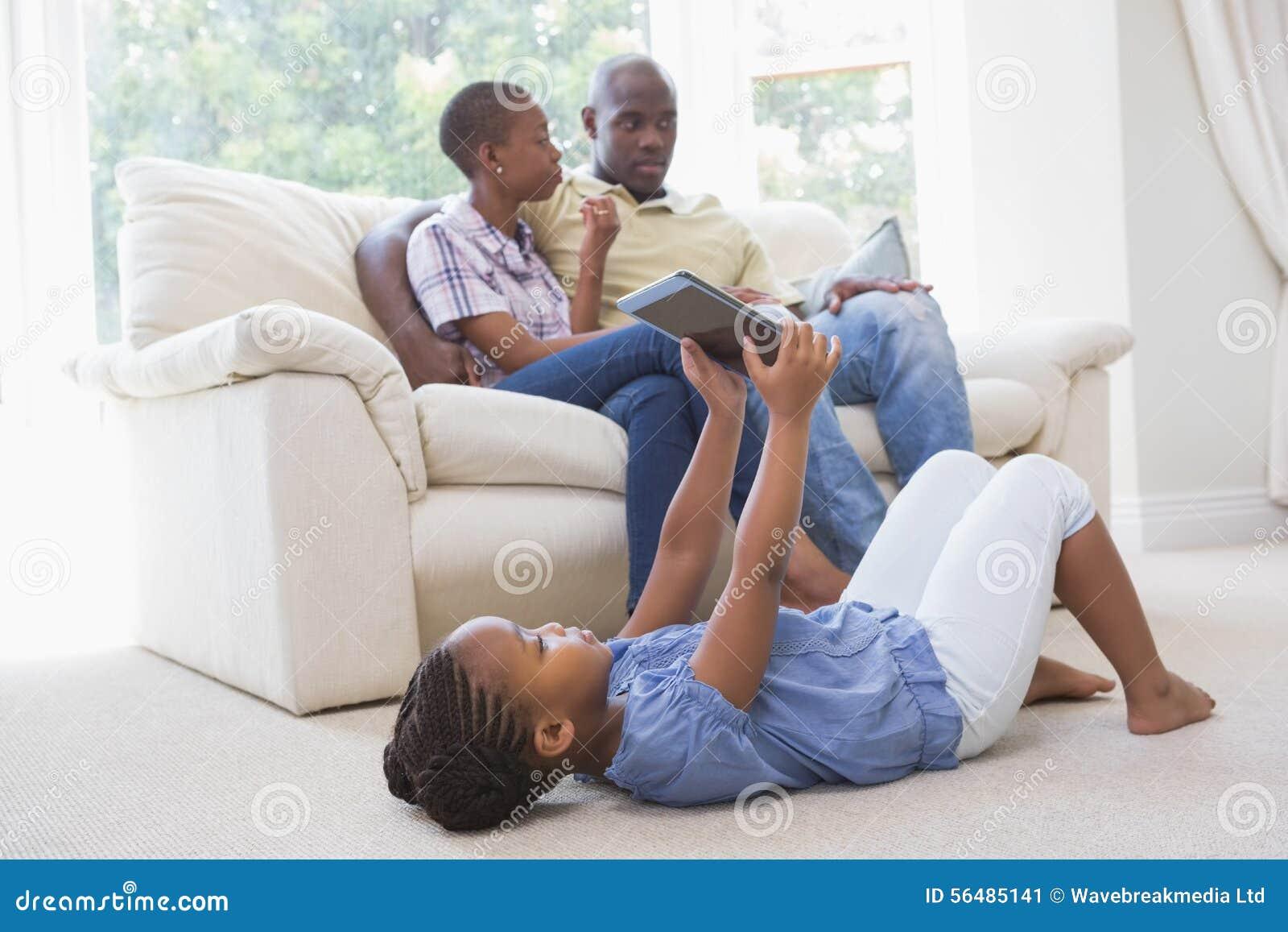 Fille heureuse à l aide du comprimé numérique