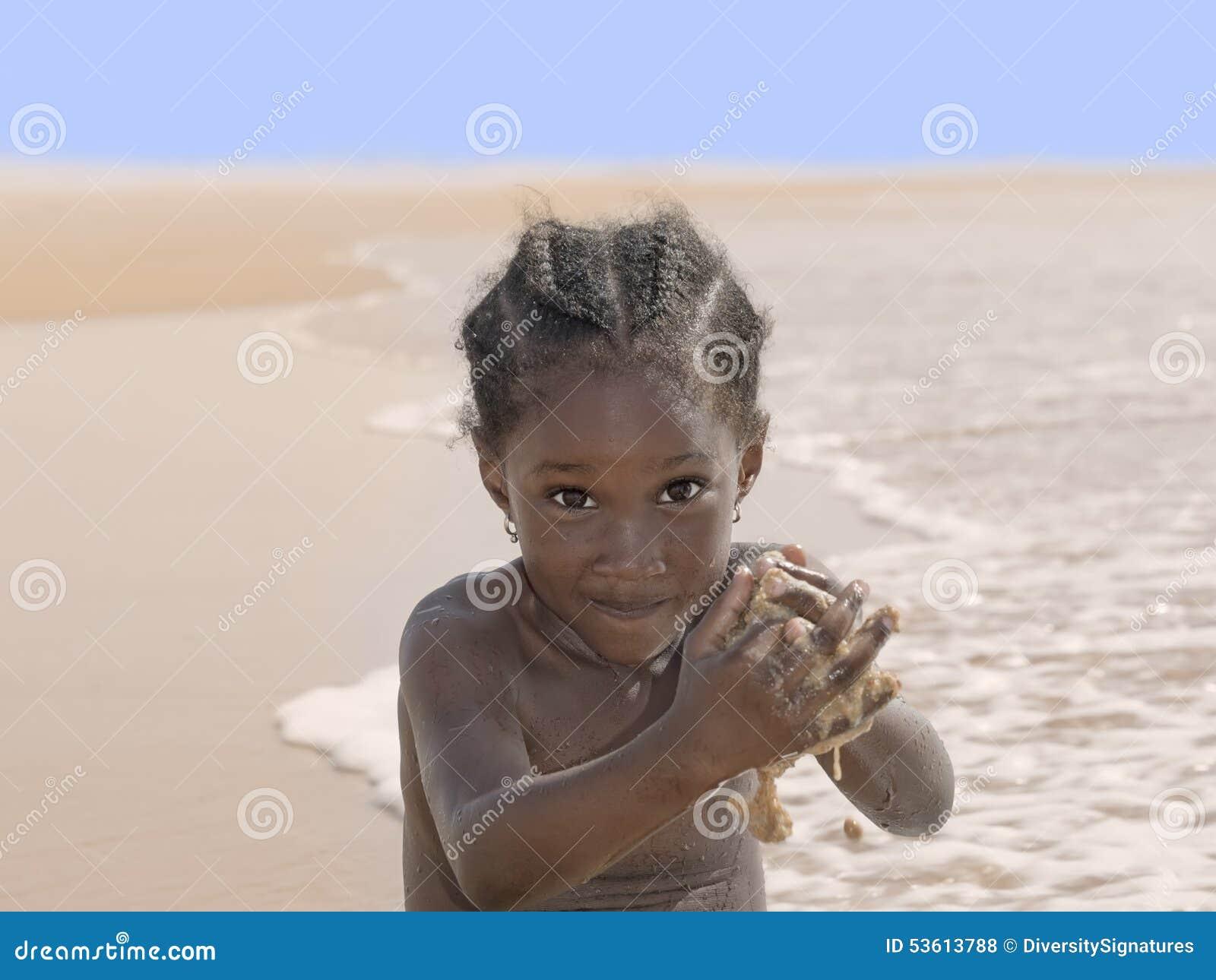 Fille heureuse à la plage, six années
