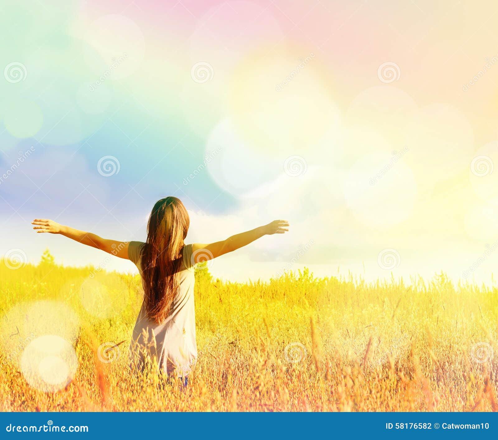 Fille heureuse appréciant le bonheur sur le pré ensoleillé