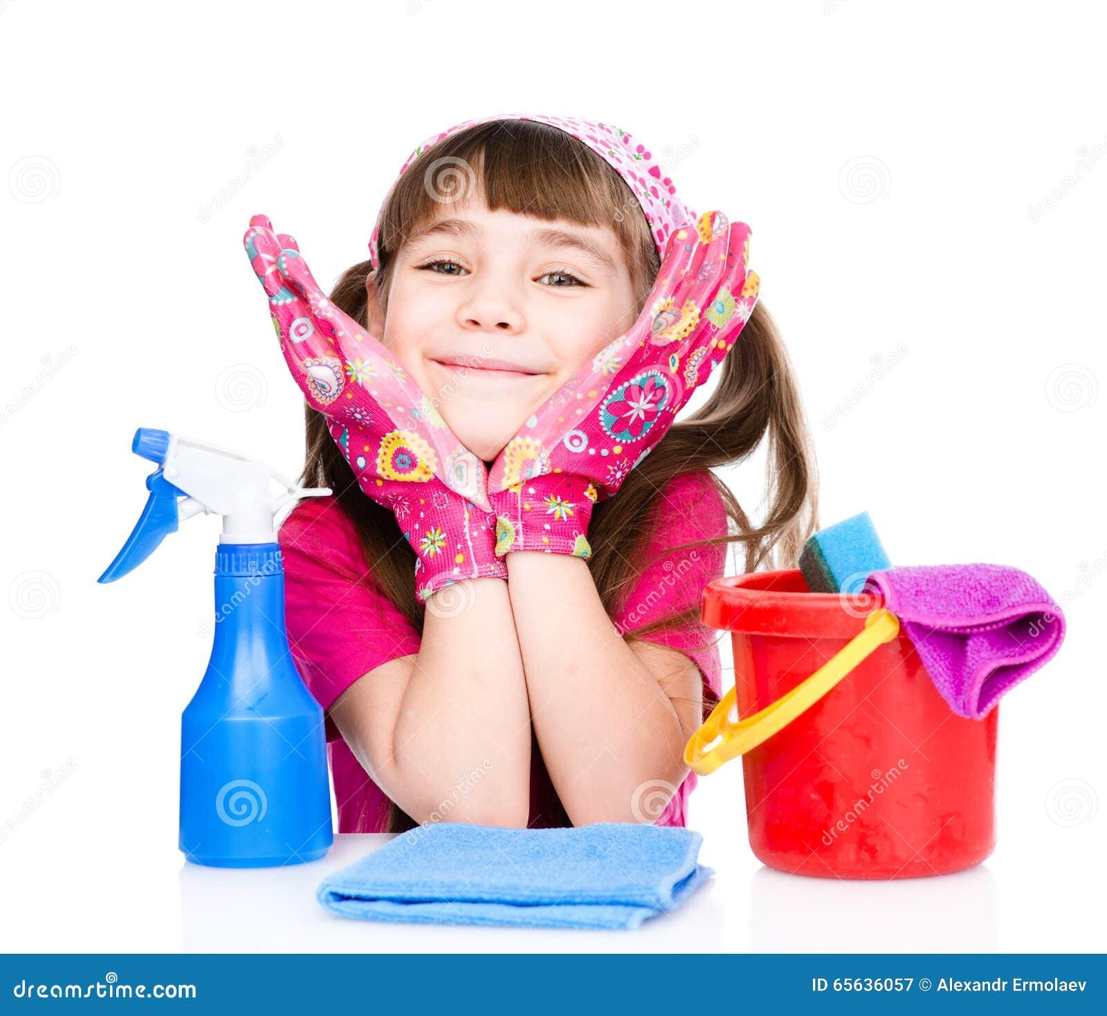 Fille heureuse avec l équipement pour nettoyer la maison D isolement sur le blanc