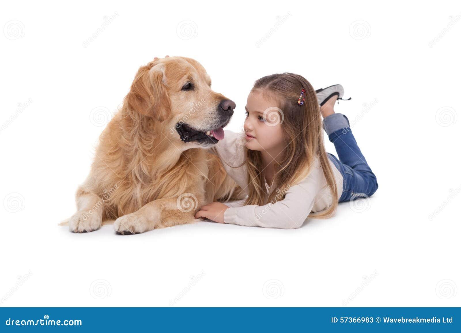 Fille heureuse avec son chien
