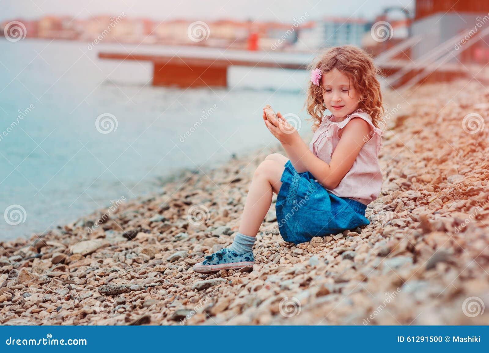 Fille heureuse d 39 enfant sur le bord de la mer des vacances for Vacances d ete a la montagne avec piscine