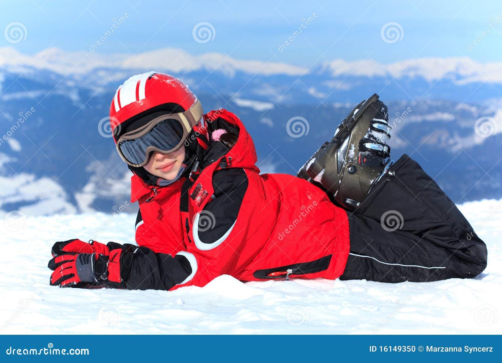 Fille heureuse dans le casque de ski