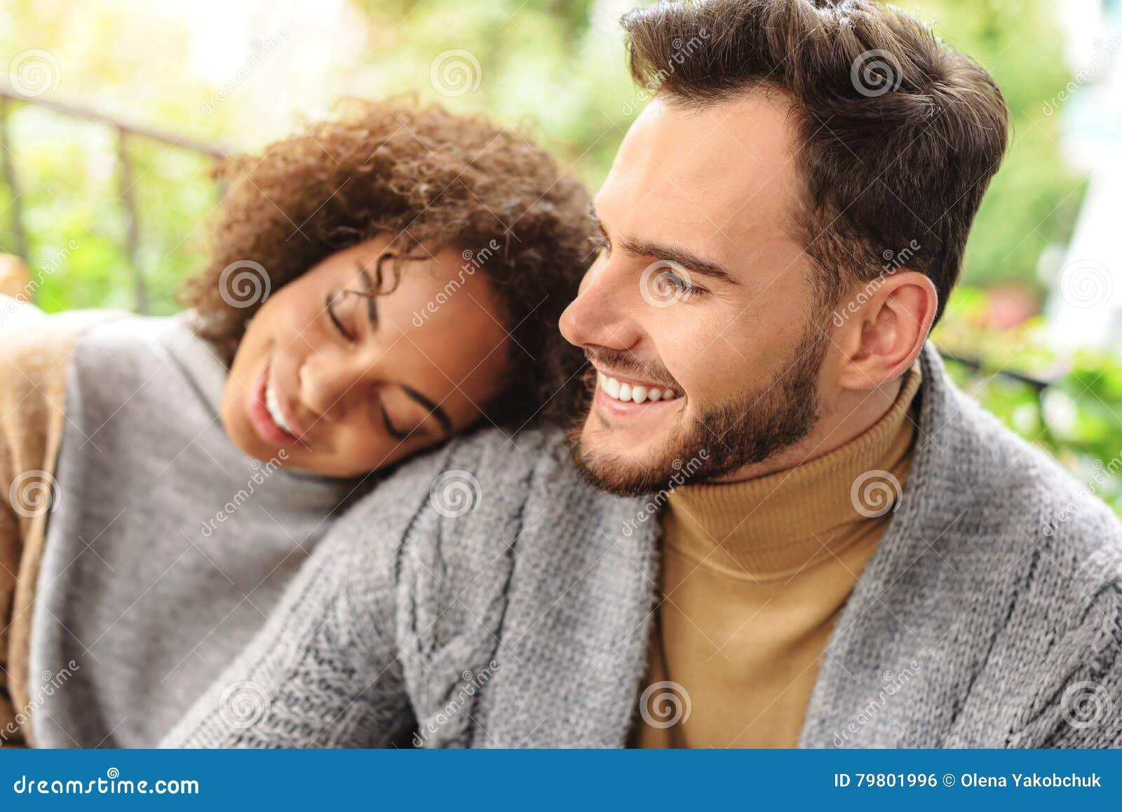 Fille heureuse dormant sur son boyfriend& x27 ; épaules de s