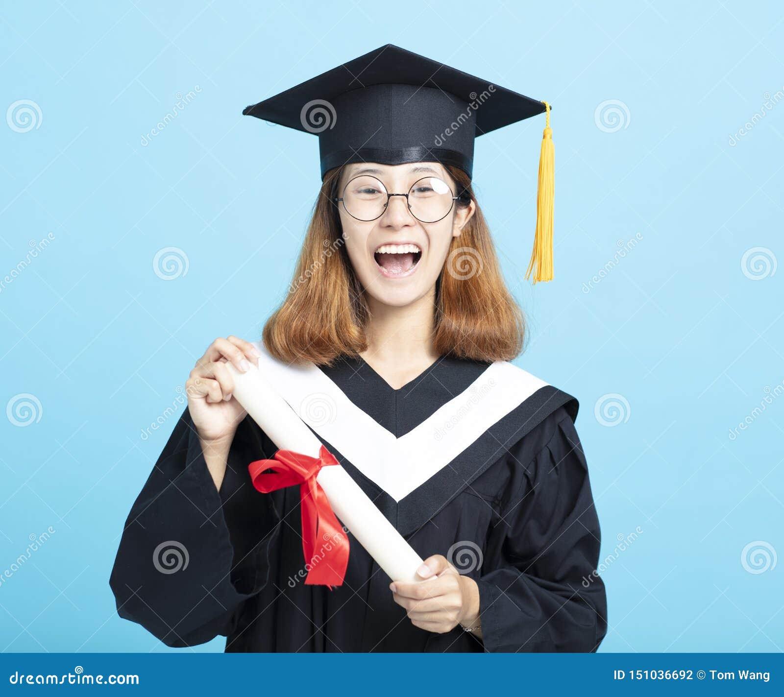 Fille heureuse et enthousiaste d obtention du diplôme de succès