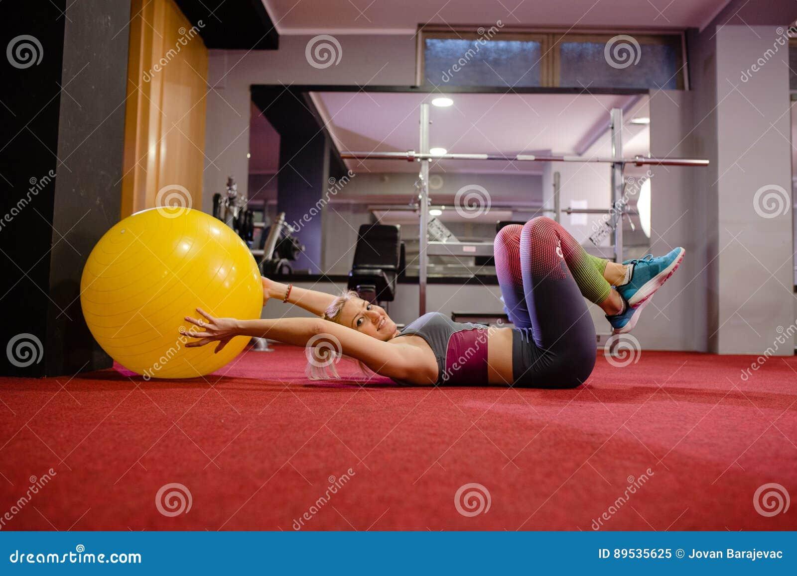 Fille heureuse sur la classe de pilates