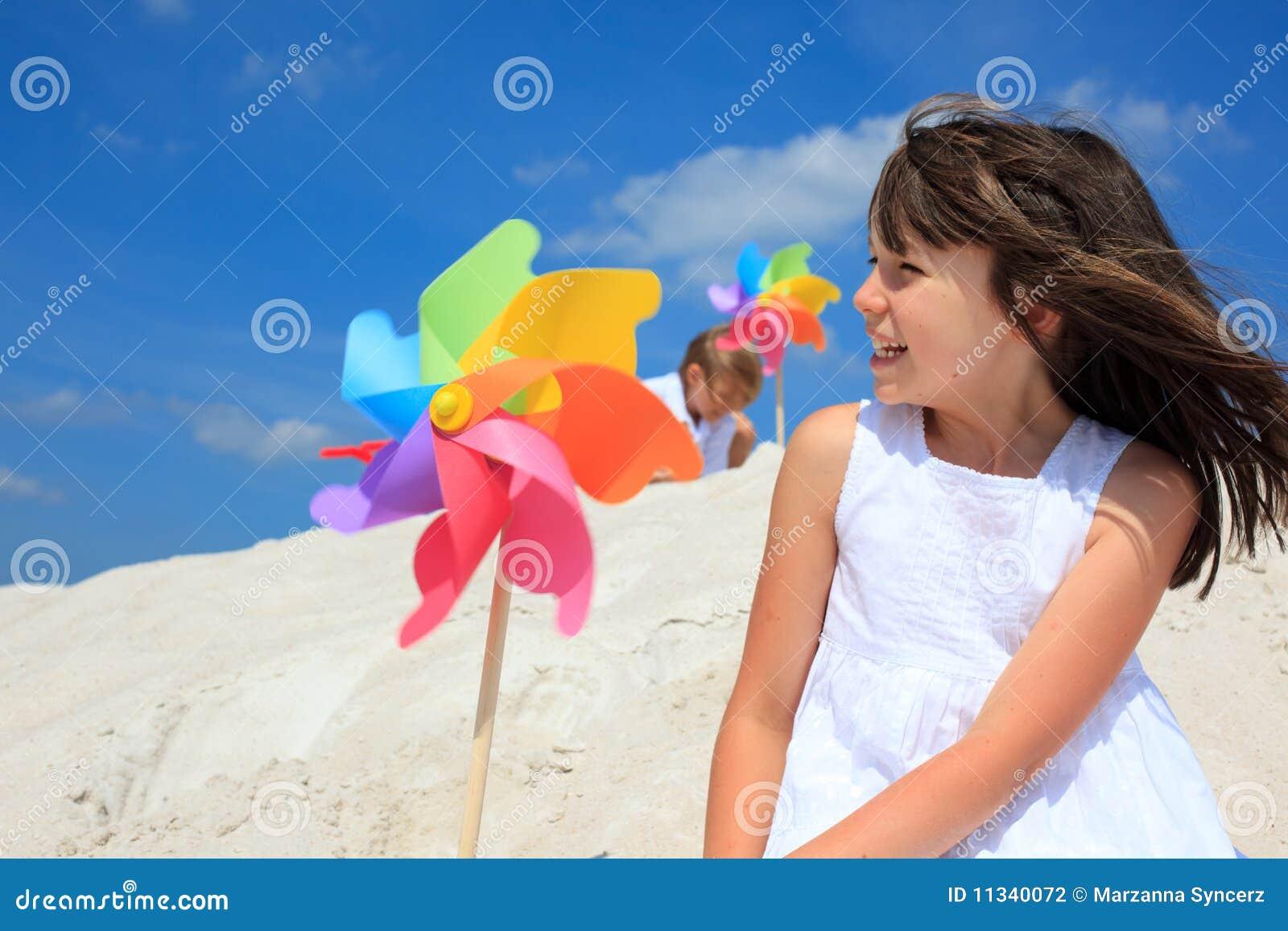 Fille heureuse sur la plage
