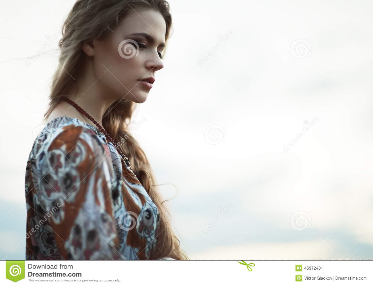 Fille hippie de portrait dramatique