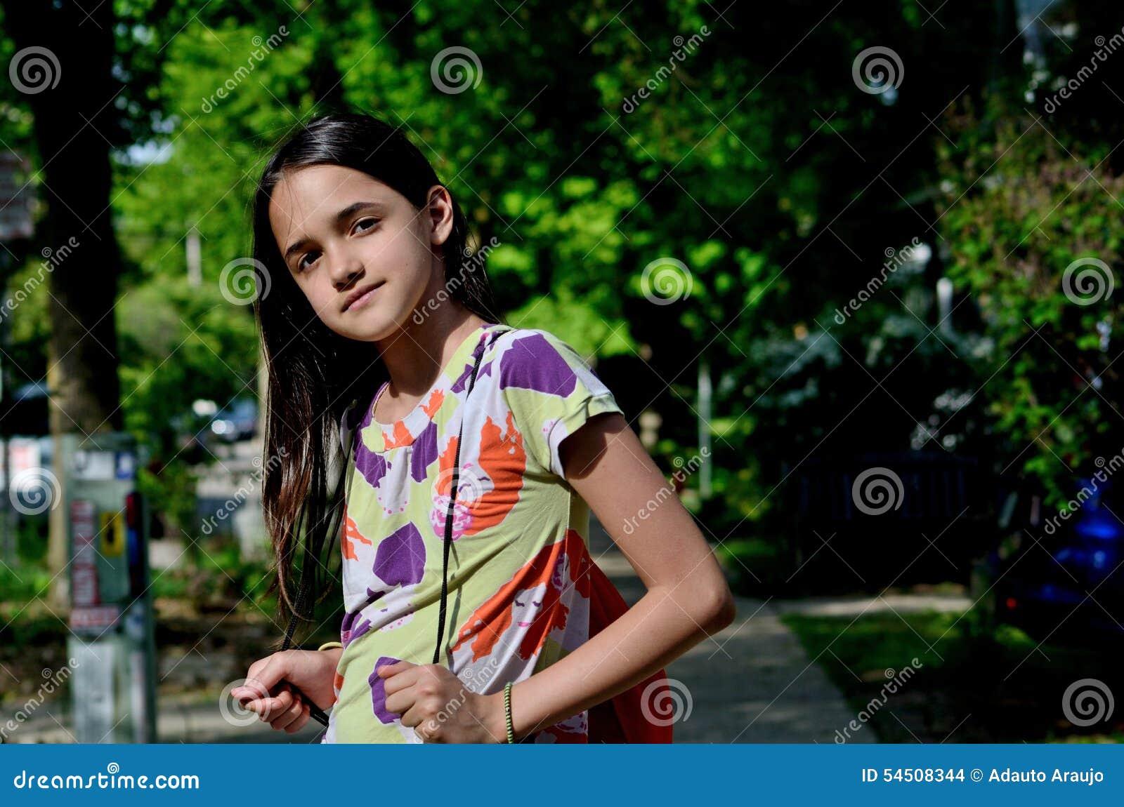 Fille hispanique allant à l école