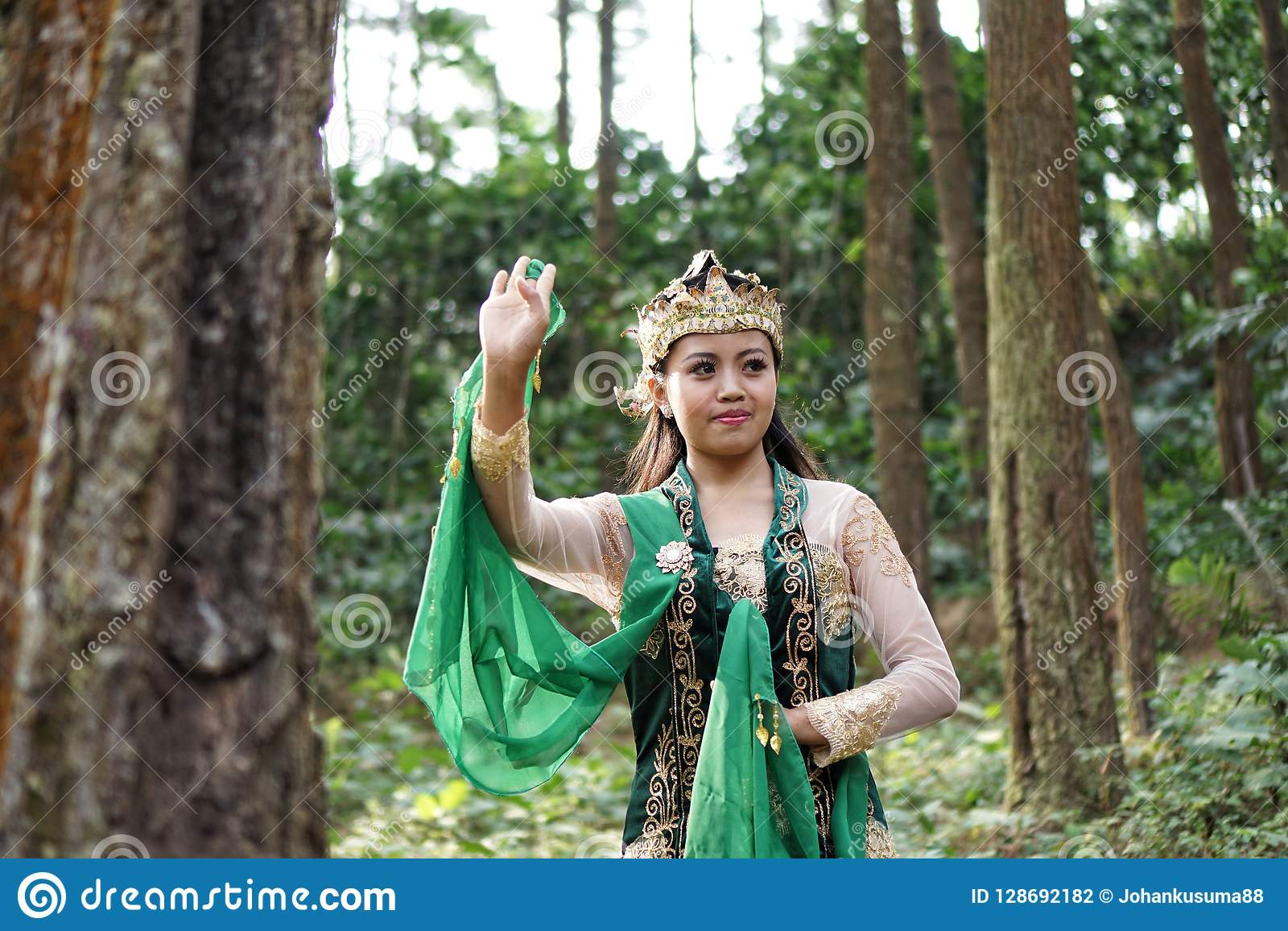 Fille indonésienne posant pour une danse de lengger