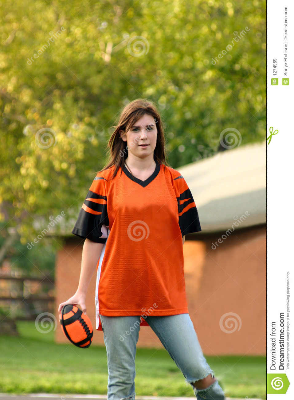 Fille jouant au football