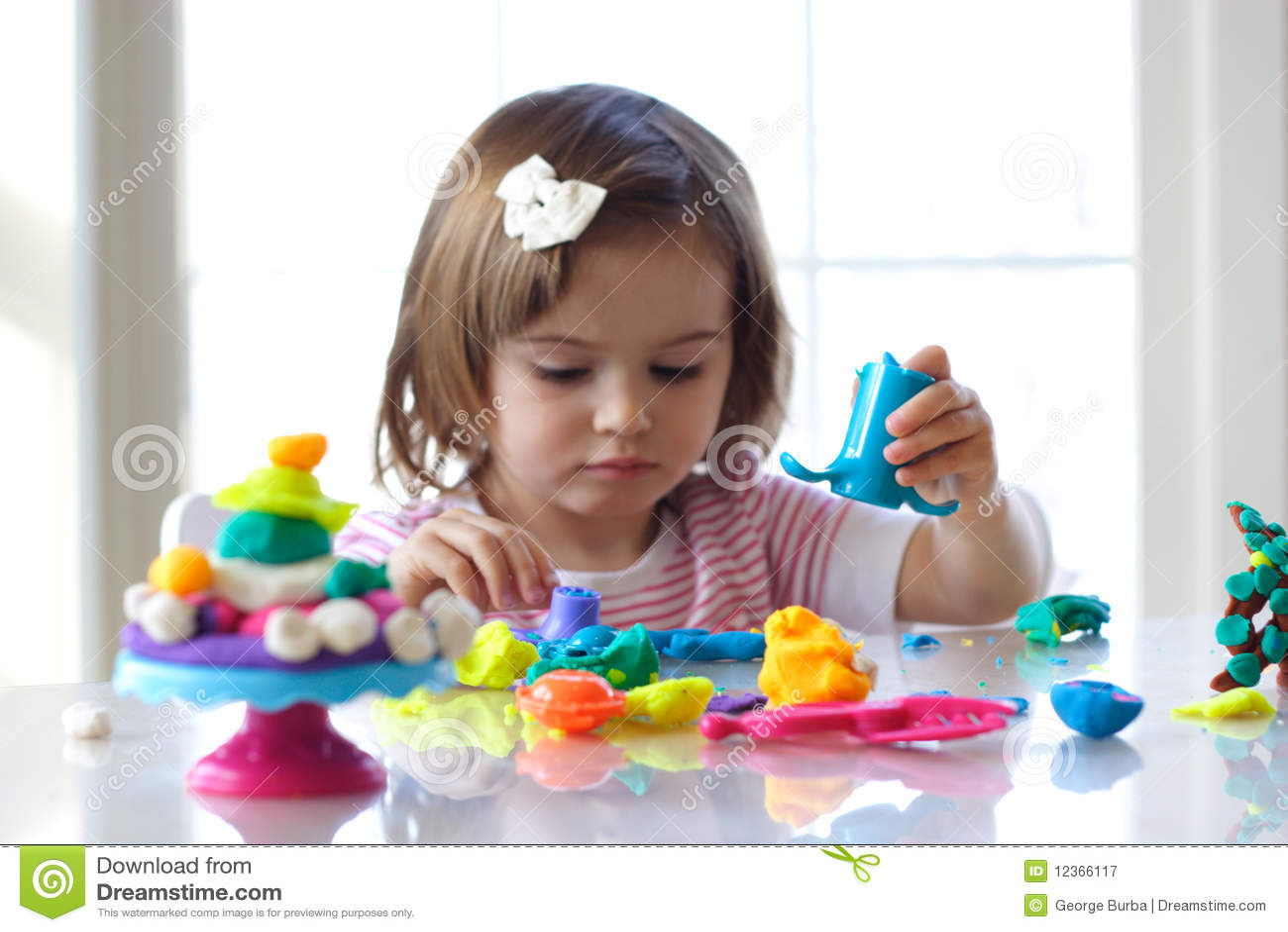 Fille jouant avec la pâte de pièce