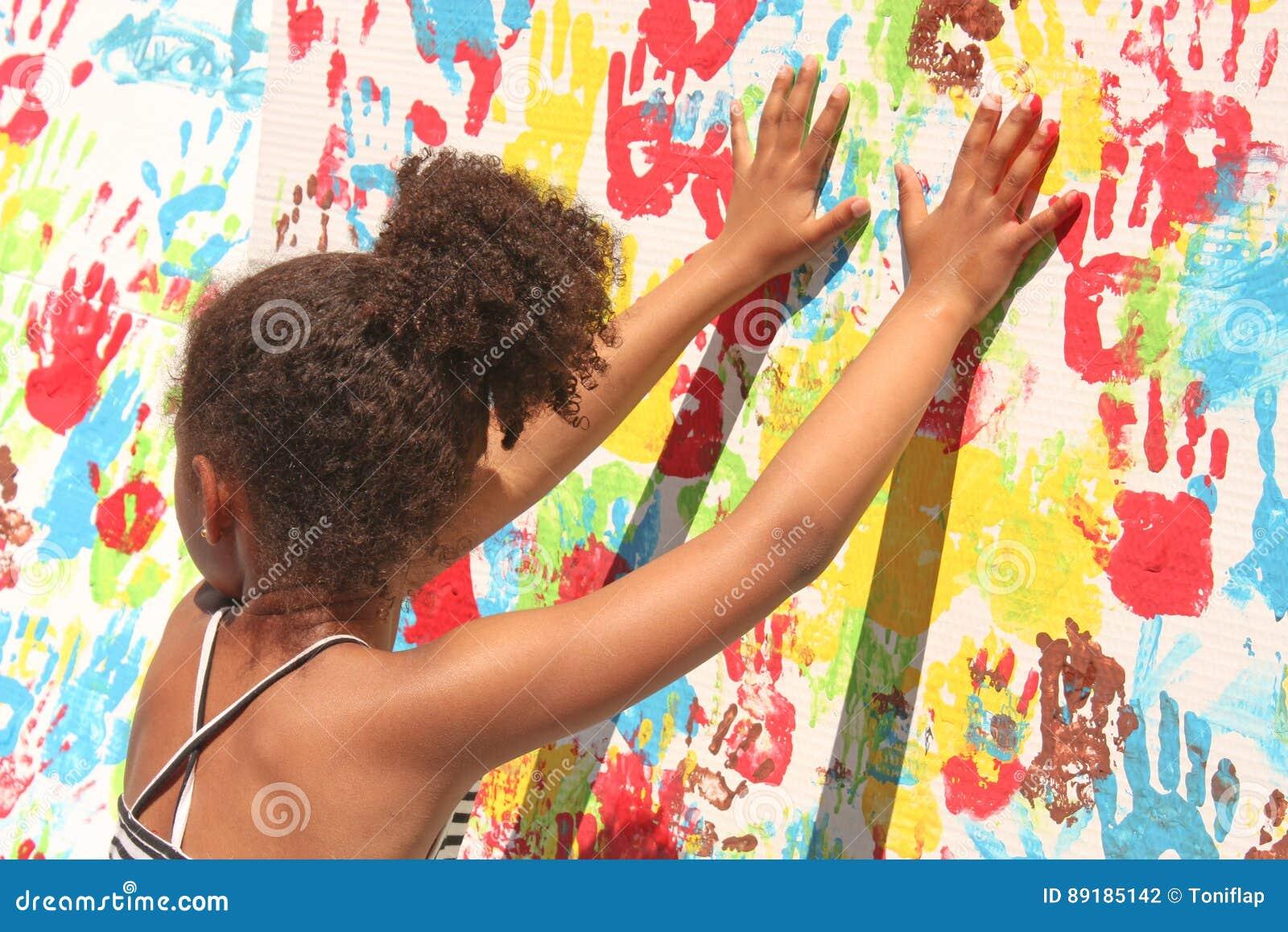 Fille jouant avec la peinture