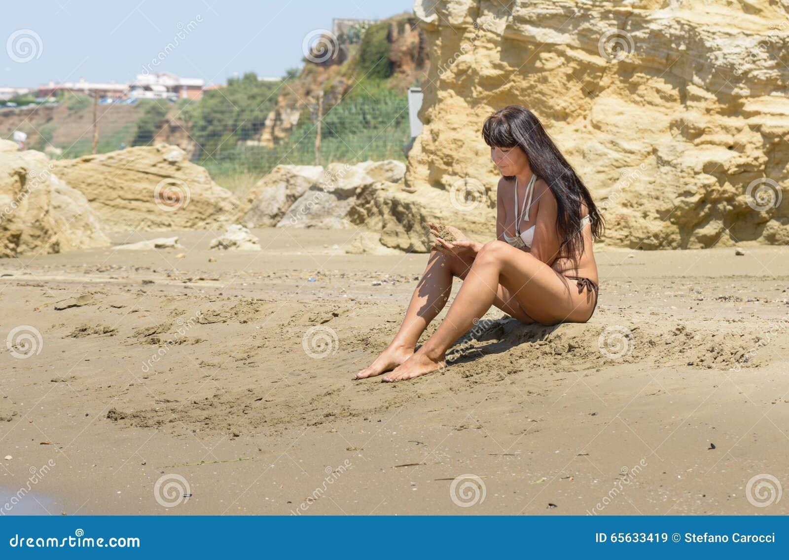 Fille jouant avec le sable