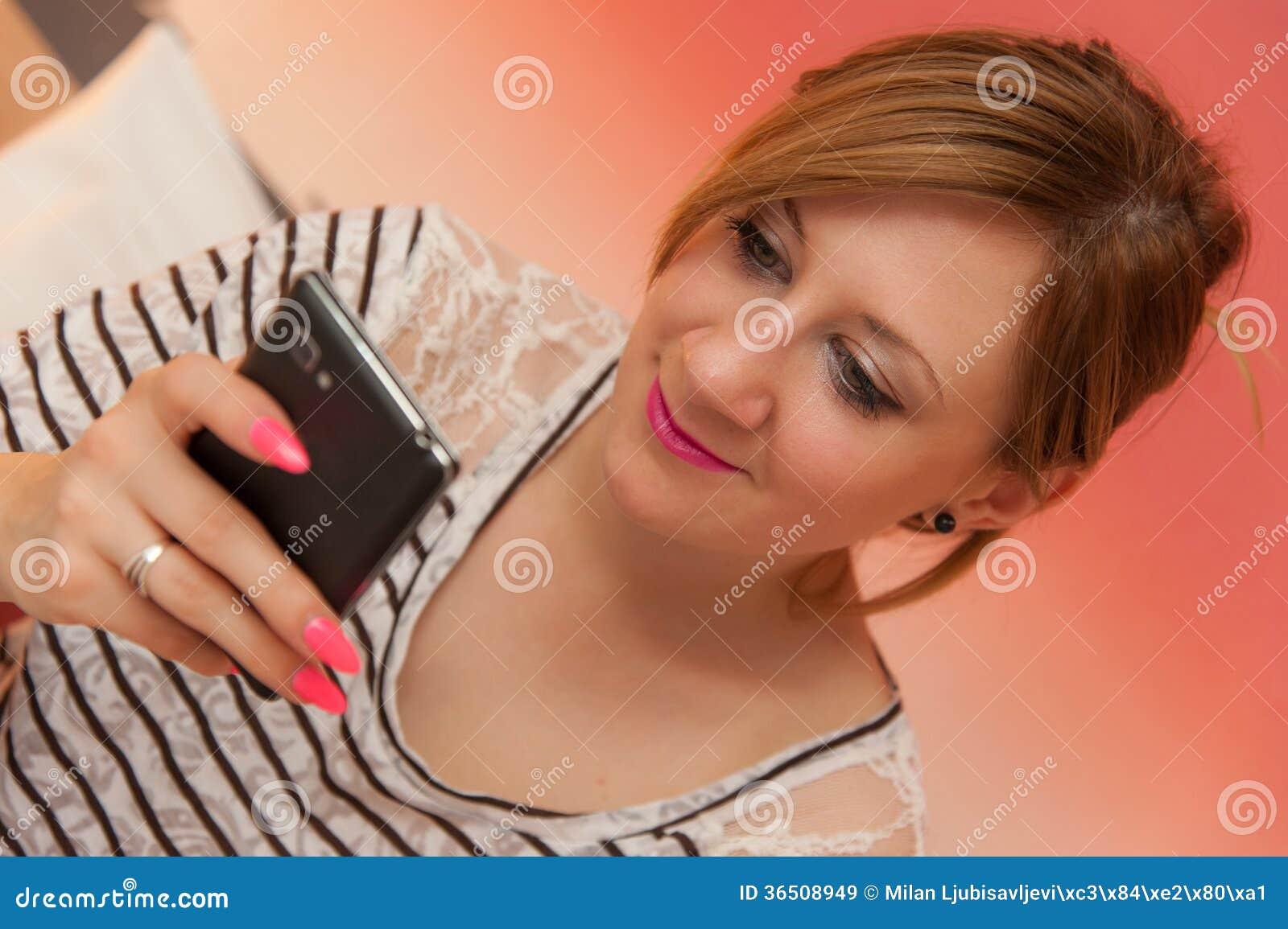 Fille jouant avec le téléphone portable