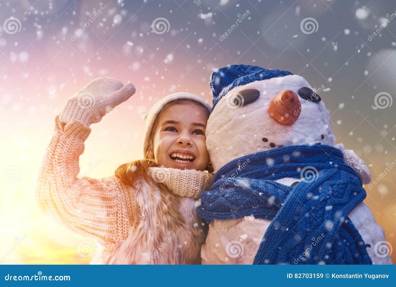 Fille jouant avec un bonhomme de neige image stock image du joie fille 82703159 - Bonhomme fille ...