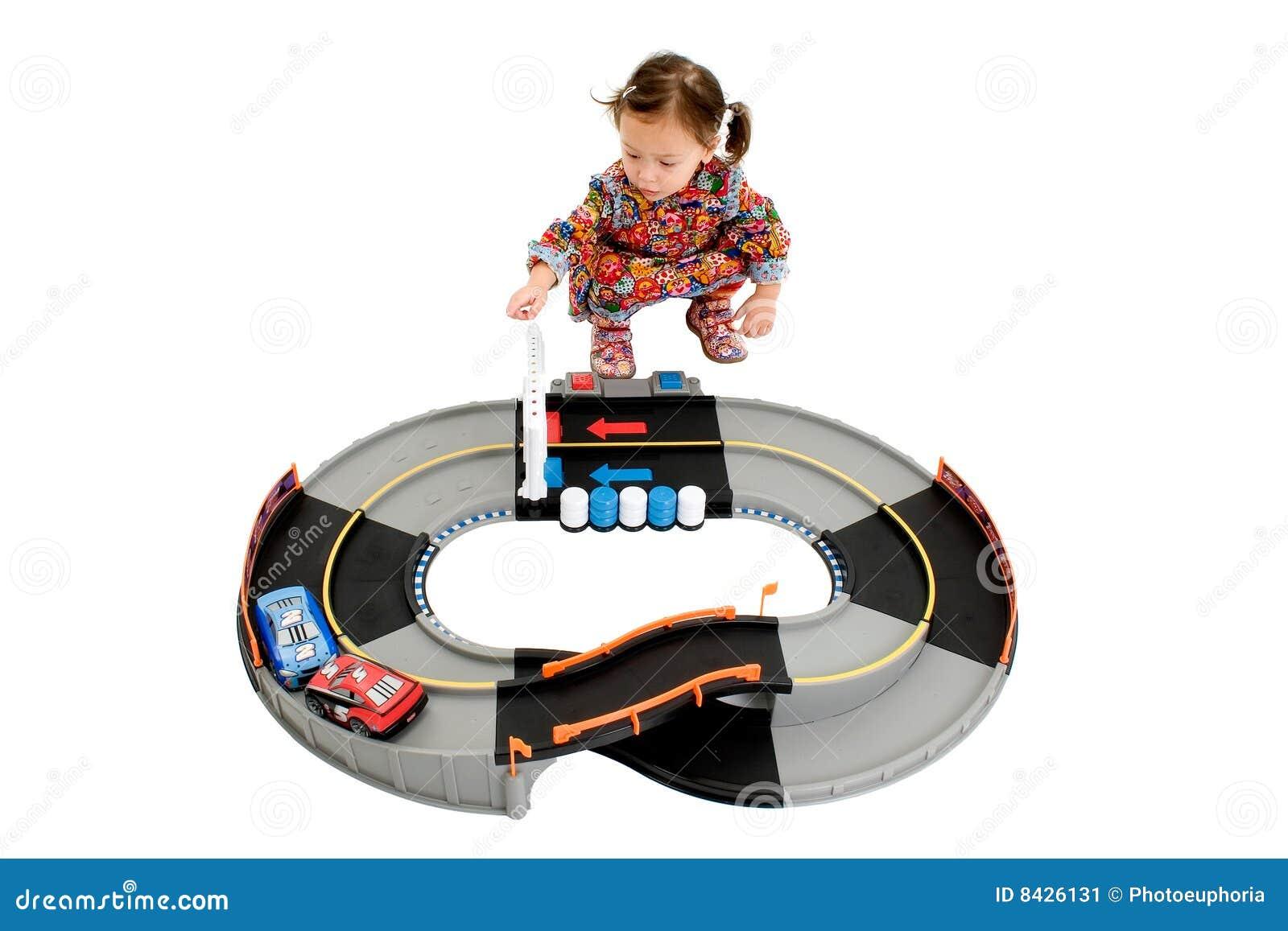 Fille jouant le champ de courses