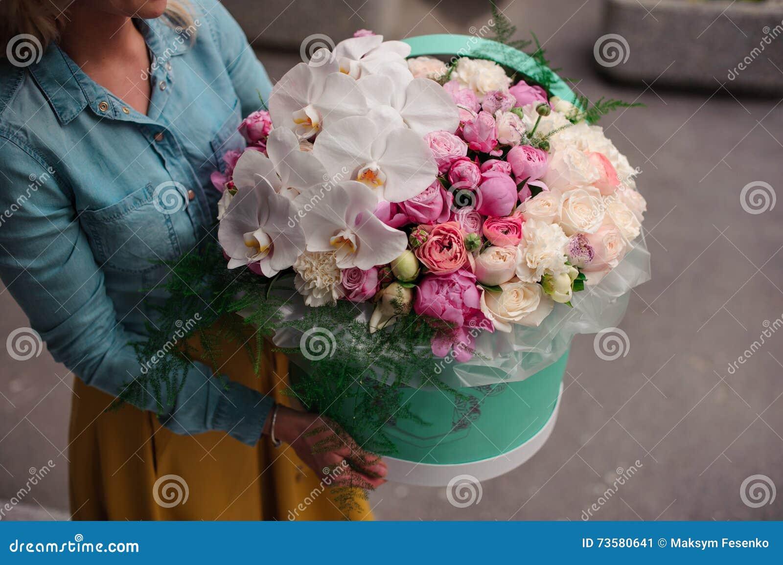 Favori Bouquet de fleur blanche image stock. Image du personne - 8985367 UJ05