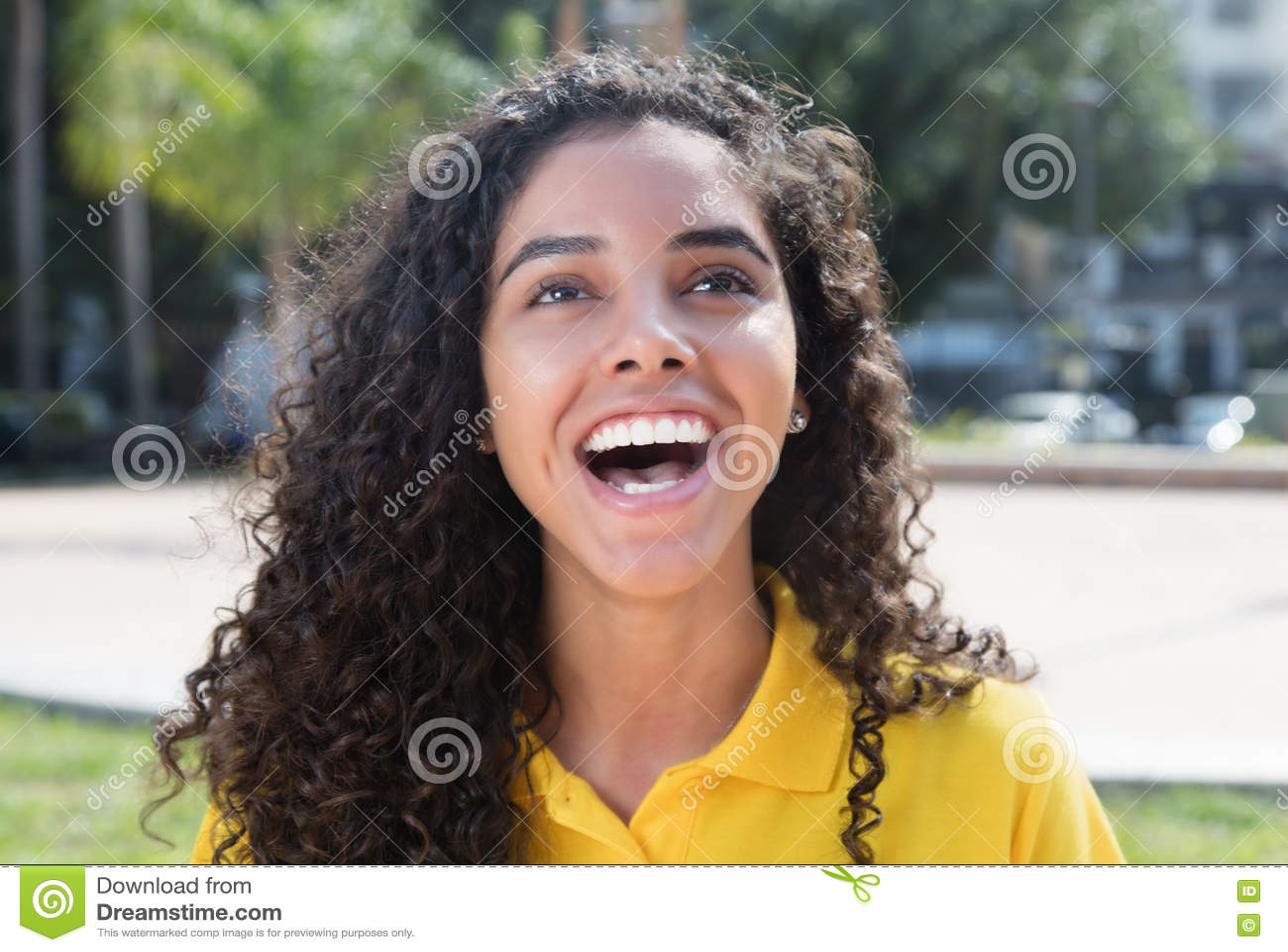 Fille latino-américaine riante avec de longs cheveux foncés