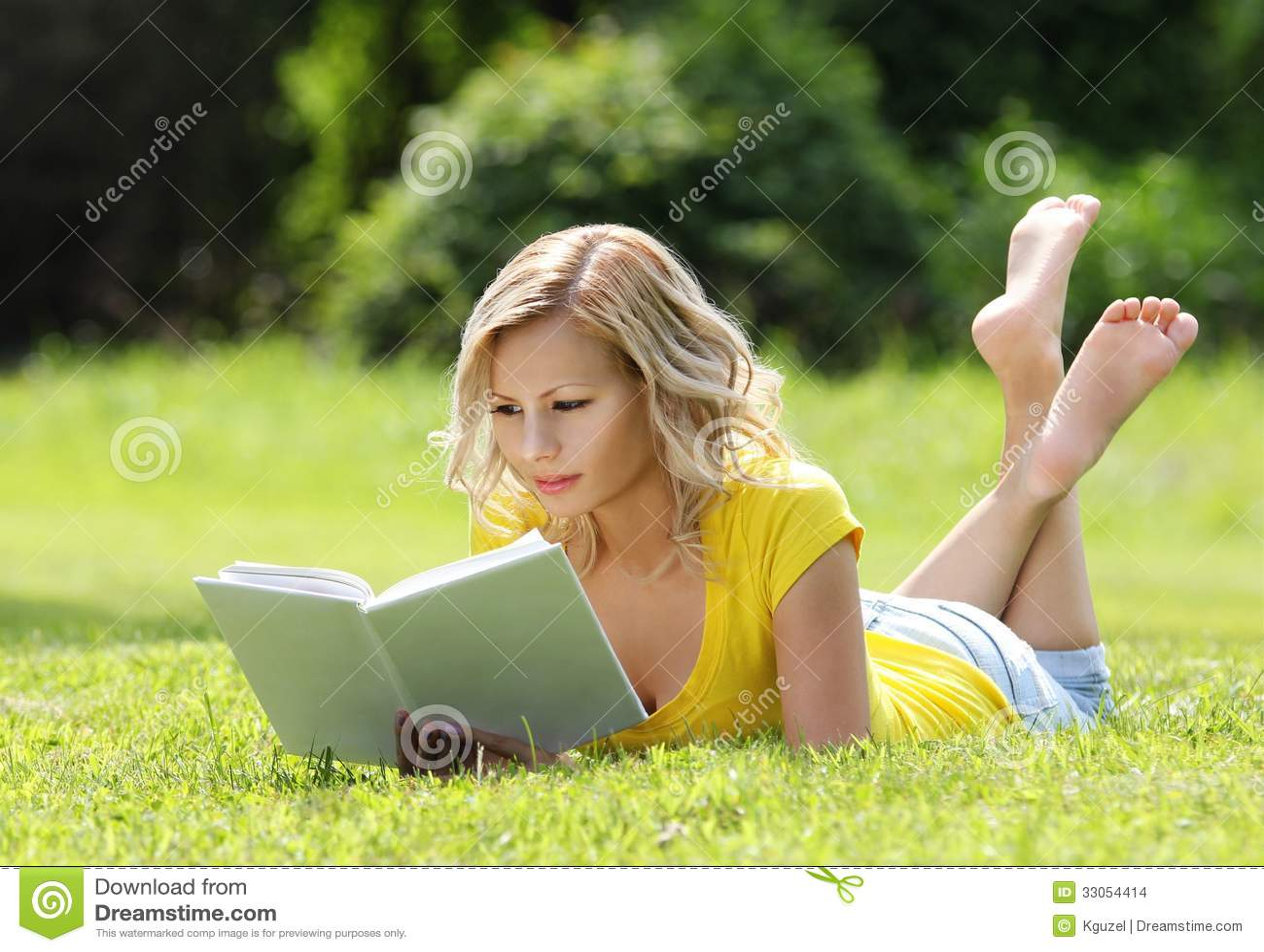 fille lisant le livre belle jeune femme blonde avec le livre se trouvant sur l 39 herbe ext rieur. Black Bedroom Furniture Sets. Home Design Ideas