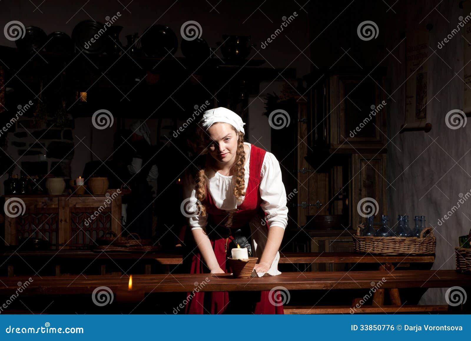 Fille médiévale de style au restorant de Tallinn