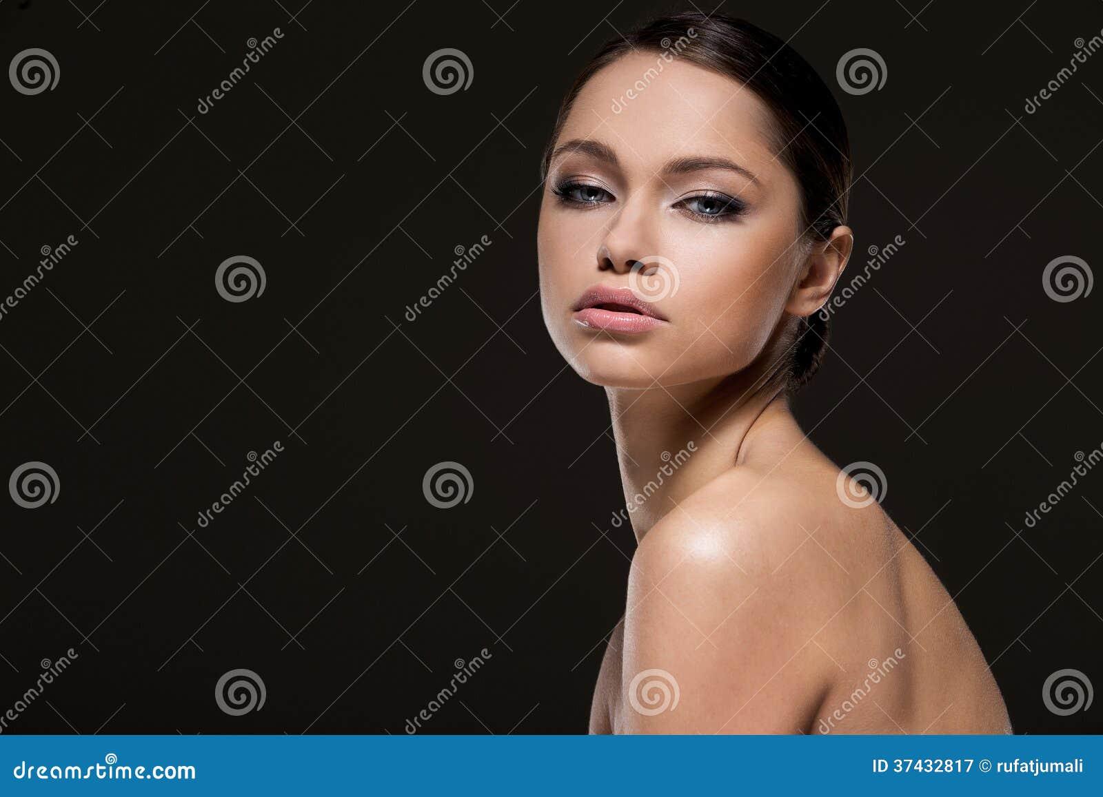 Fille magnifique avec le beau visage