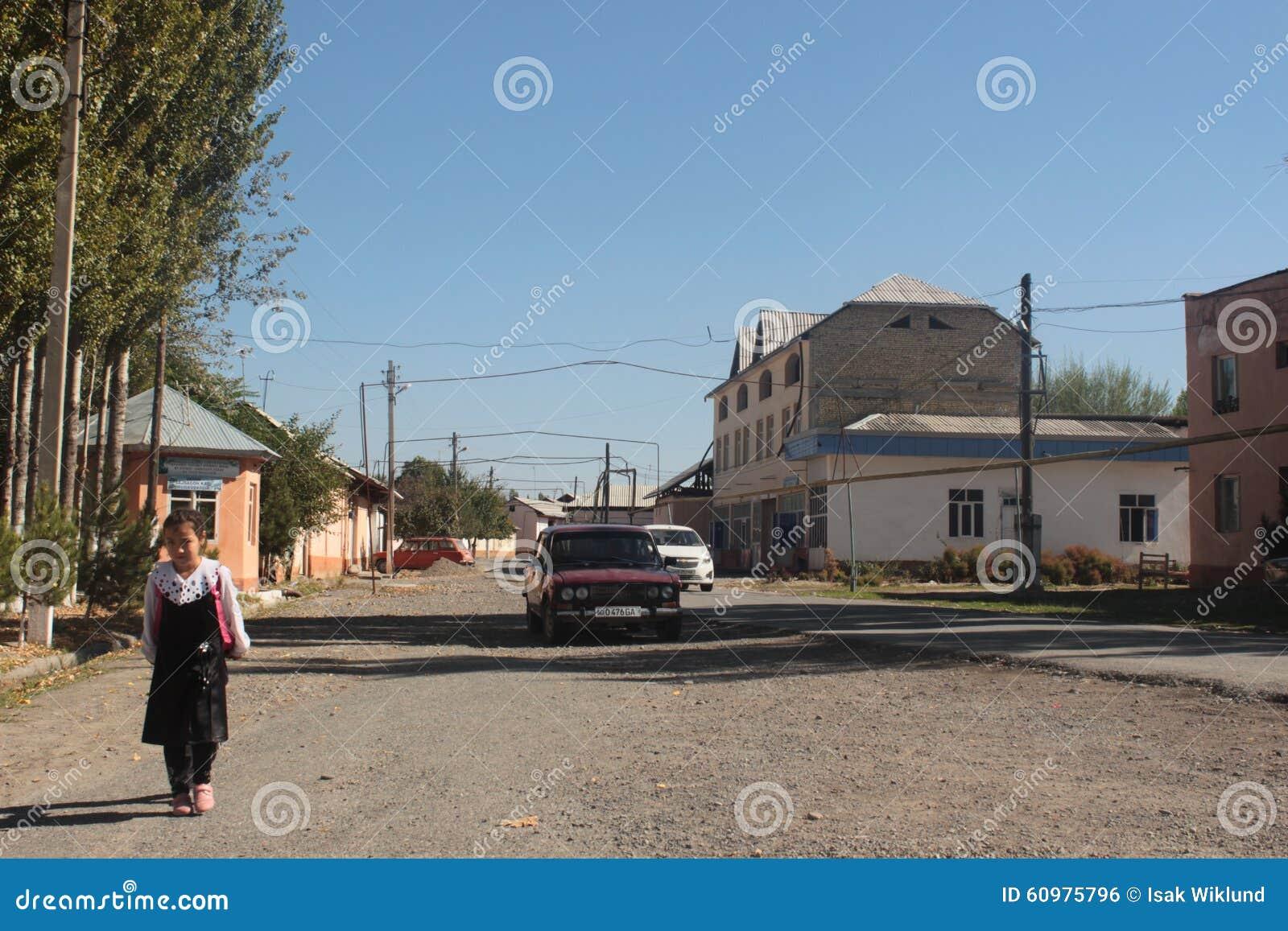 Fille marchant à l école