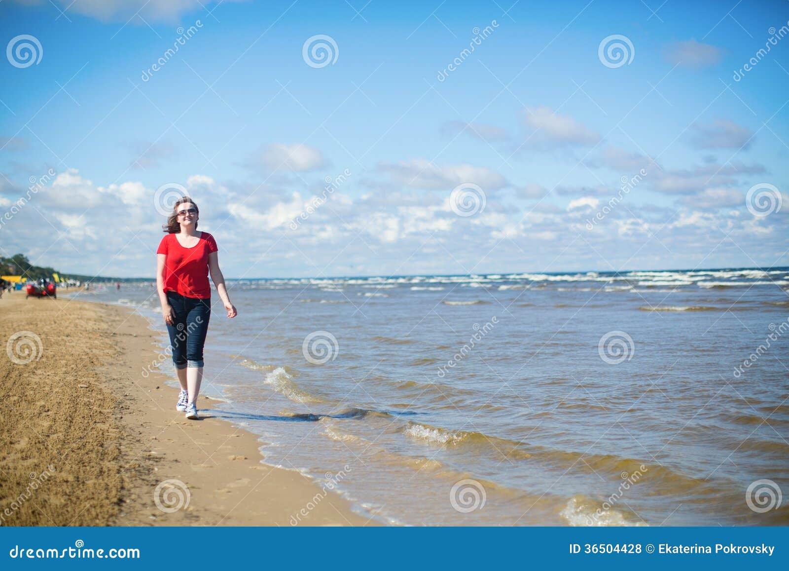 Fille marchant près de la mer dans Jurmala