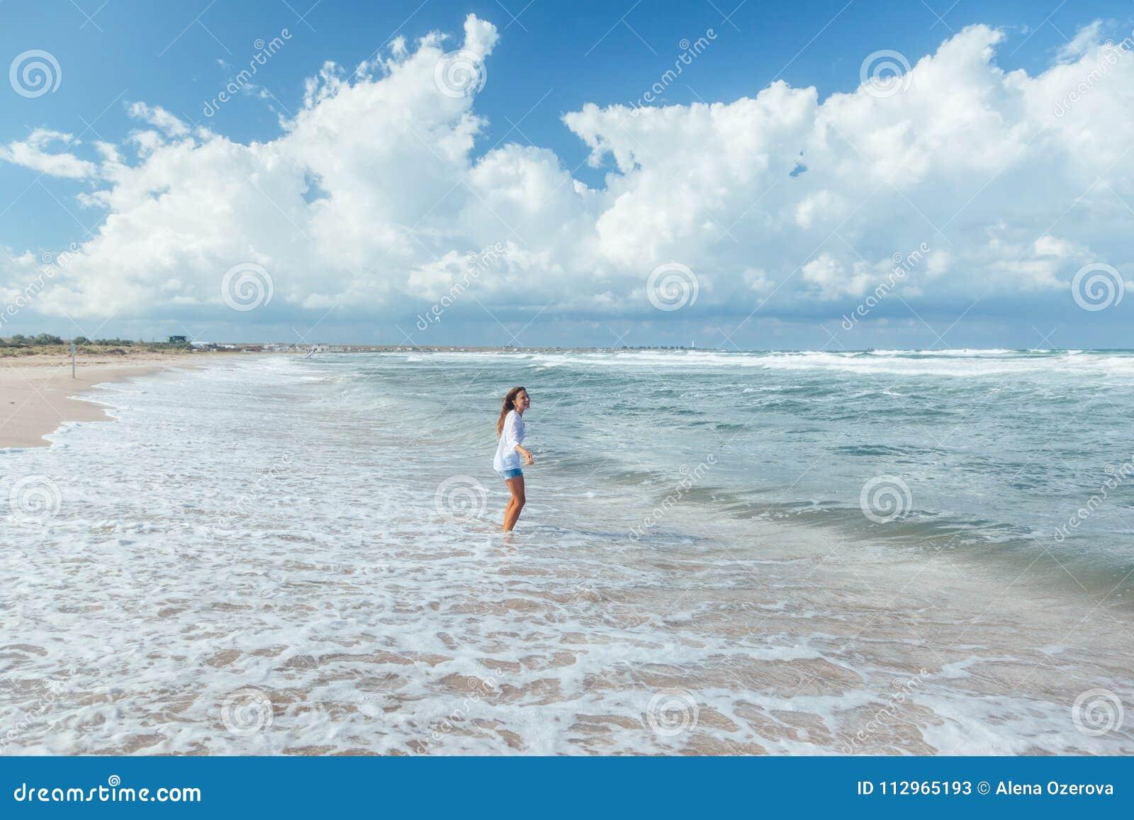 Fille marchant sur la plage