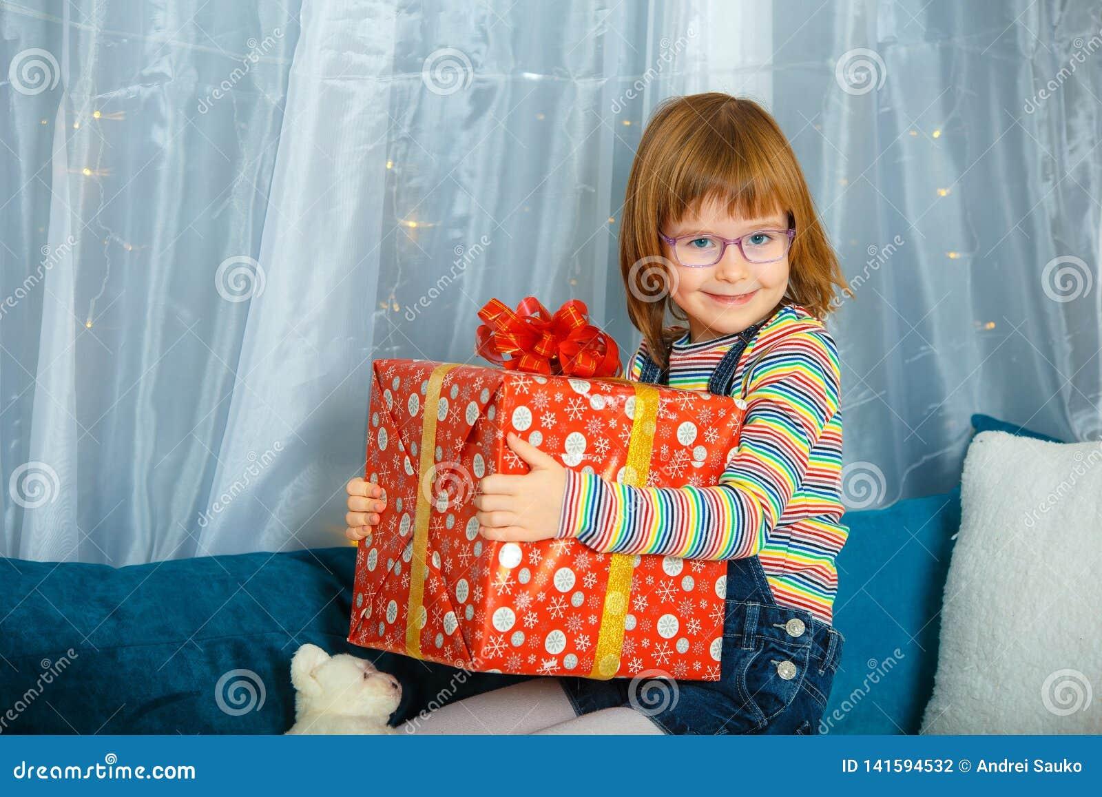 Fille Masha tenant une boîte avec un cadeau