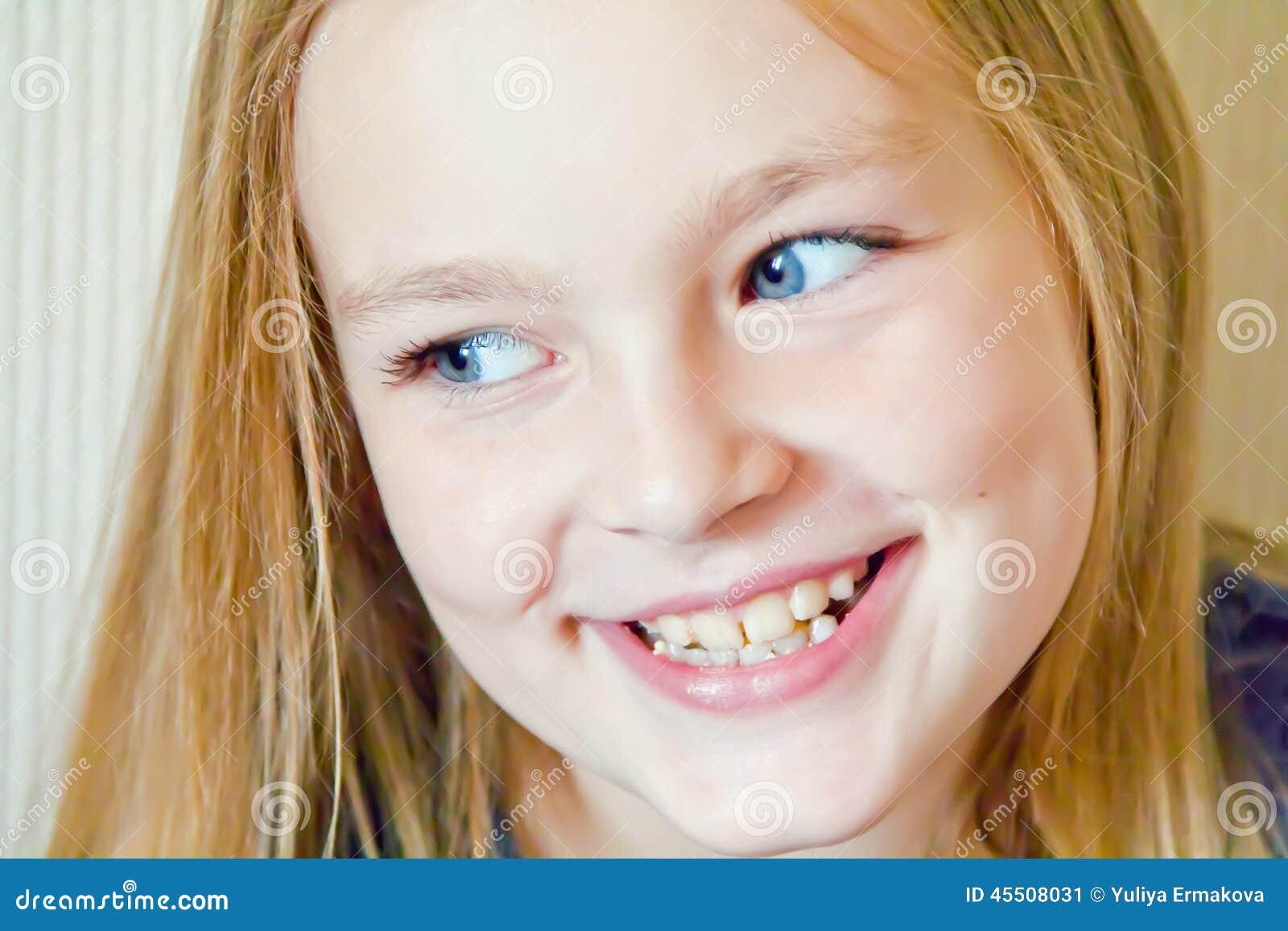Fille mignonne avec de grands yeux bleus photo stock image 45508031 - Fille yeux bleu ...