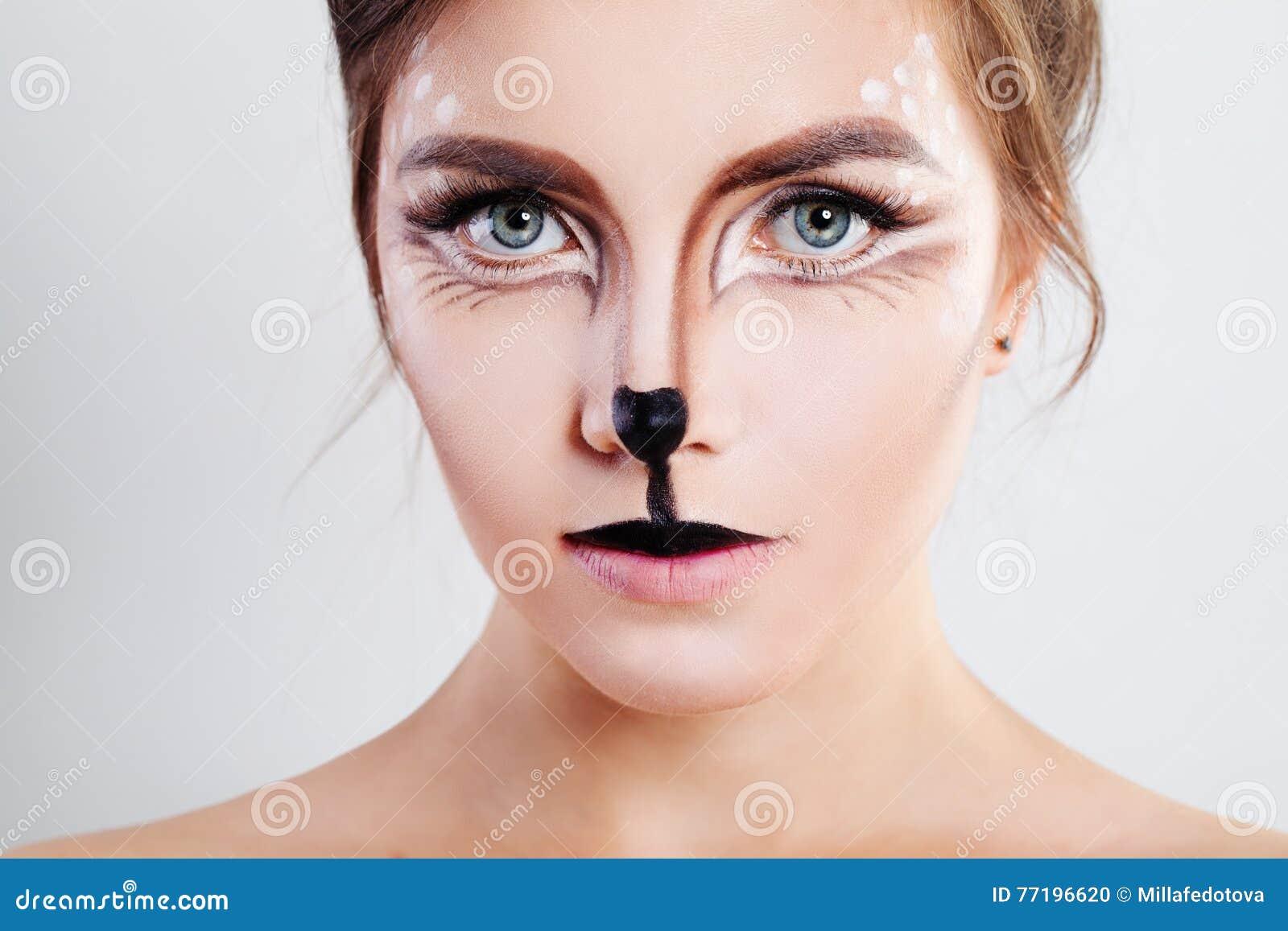 Fille mignonne avec le maquillage d animal de renne Plan rapproché de visage