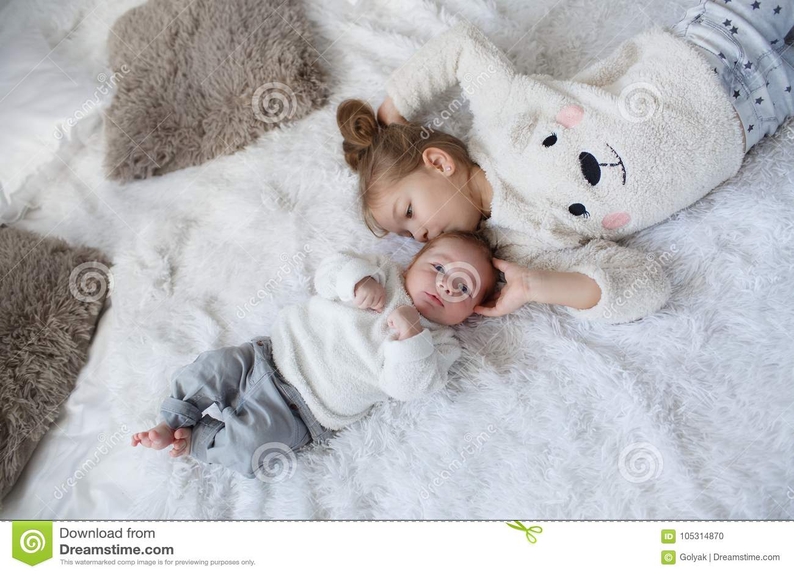 Fille Mignonne Avec Un Frere Nouveau Ne De Bebe Detendant Ensemble